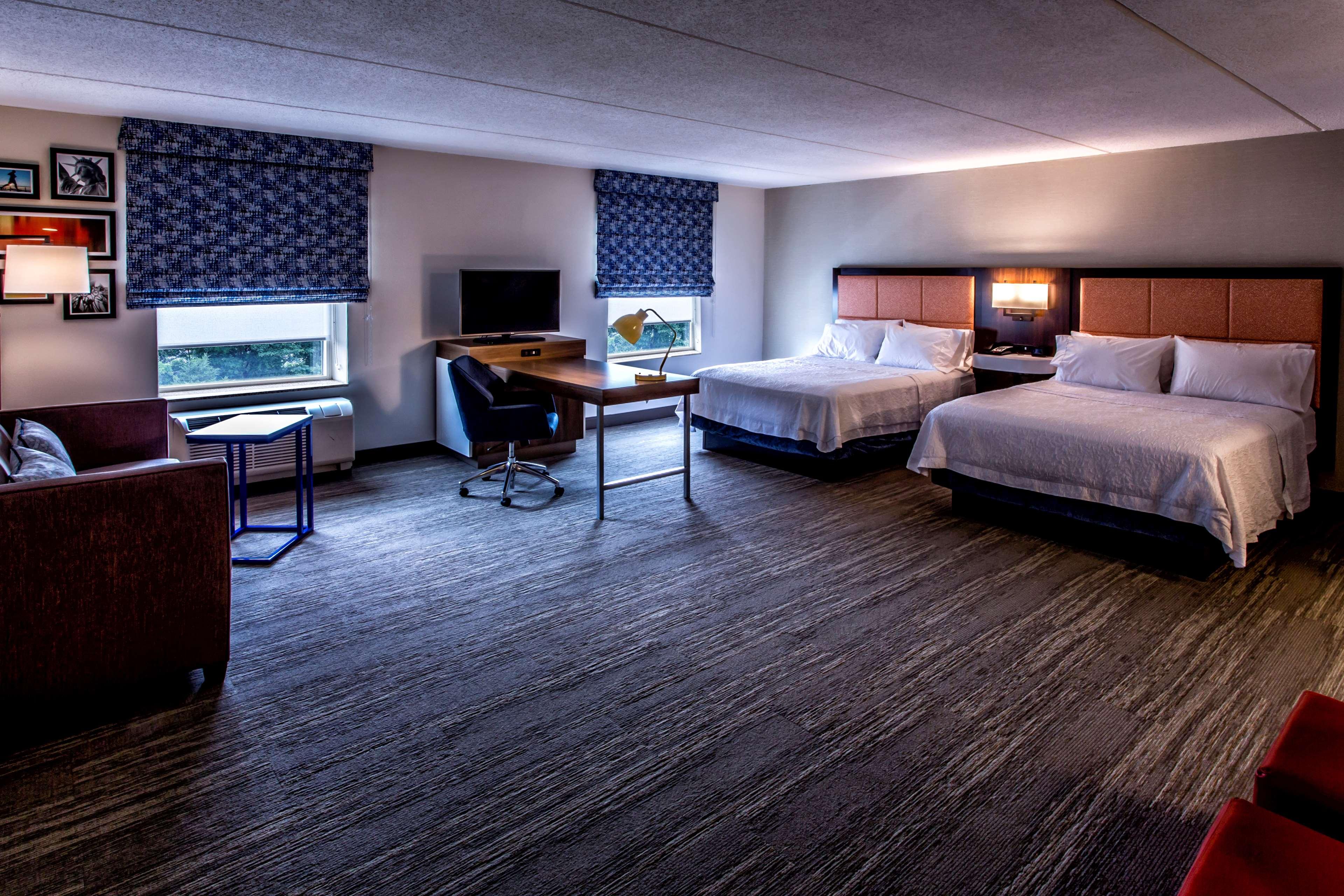 Hampton Inn & Suites Staten Island image 41