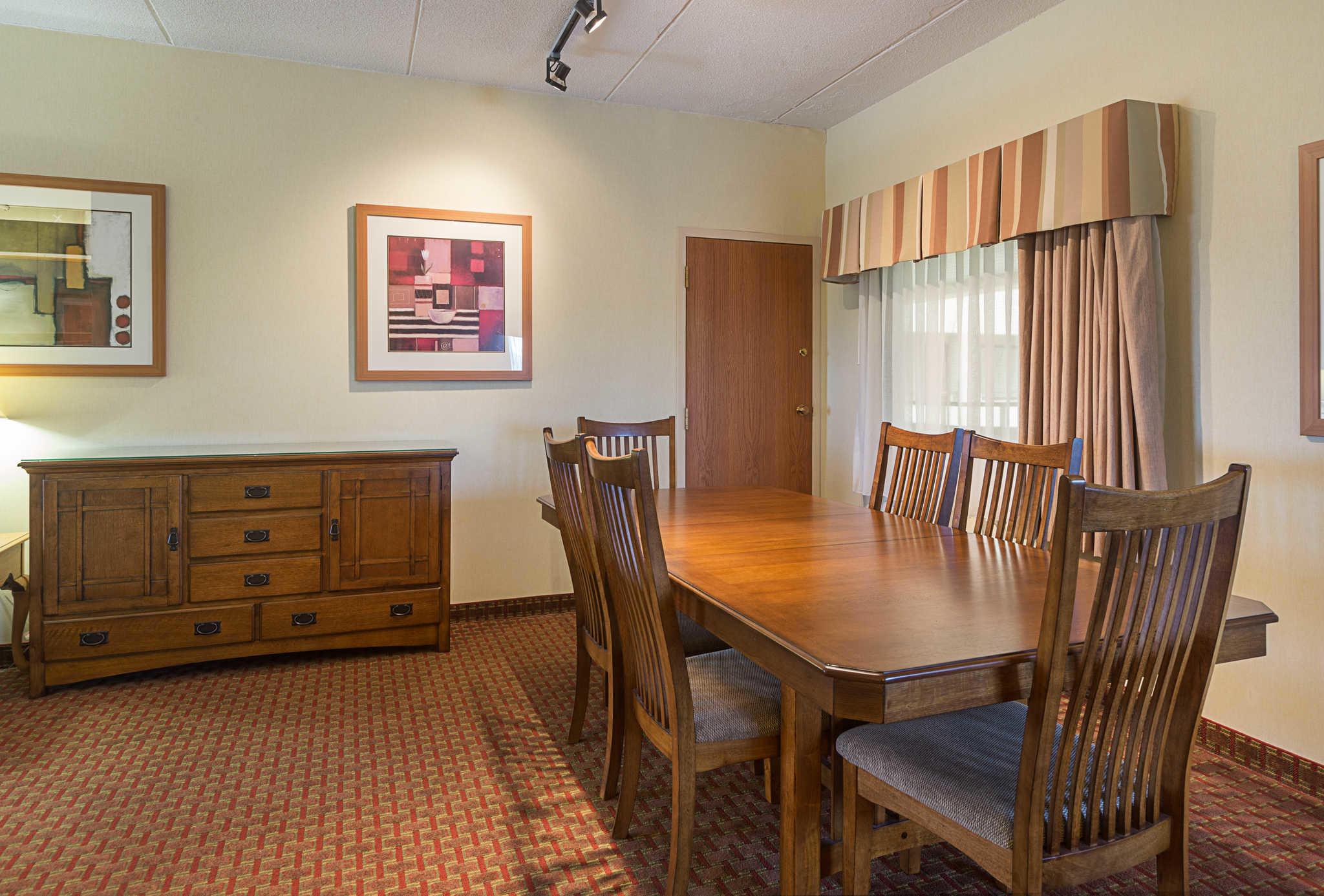 Quality Suites image 32