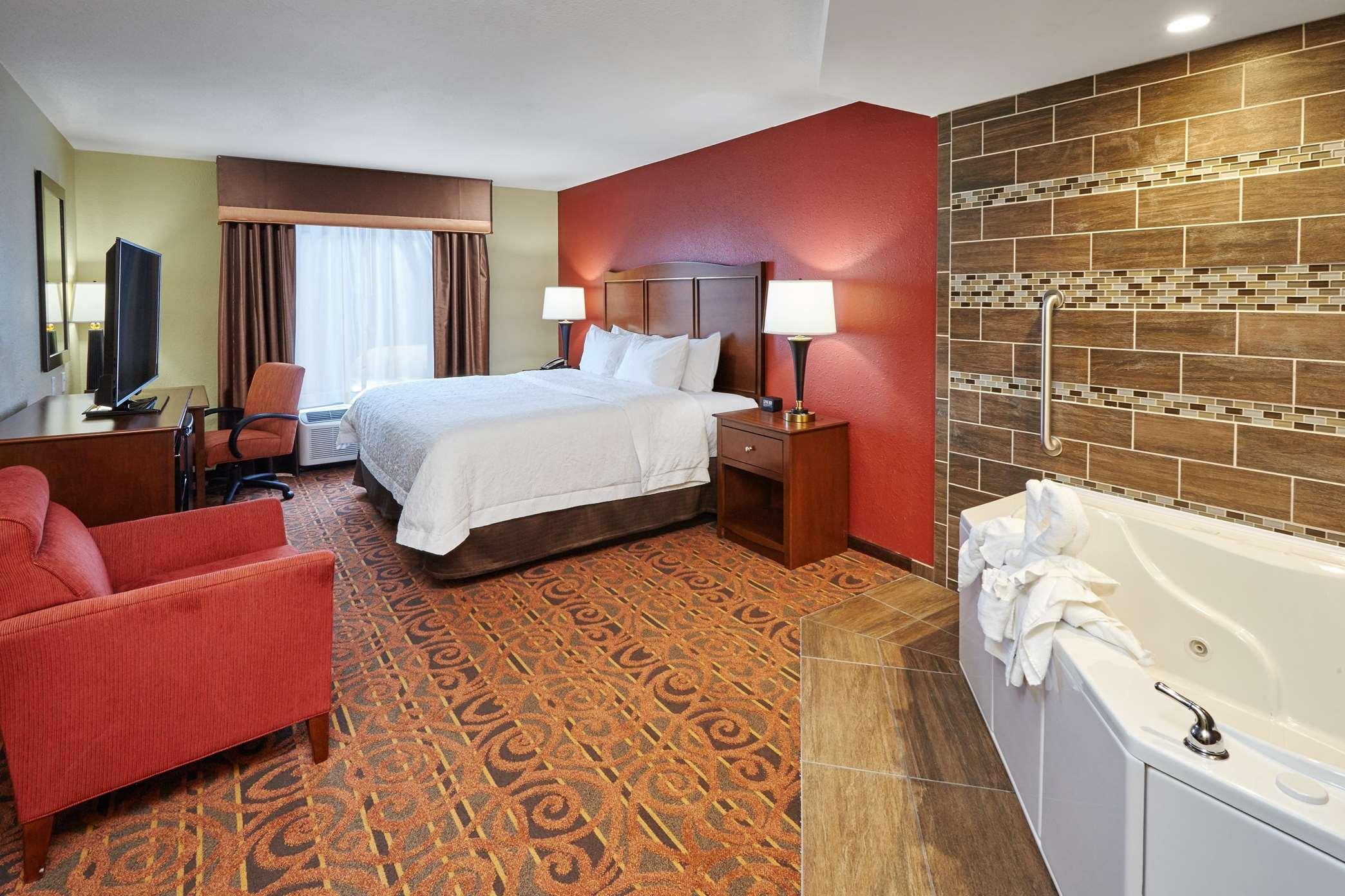 Hampton Inn & Suites Milwaukee/Franklin image 8