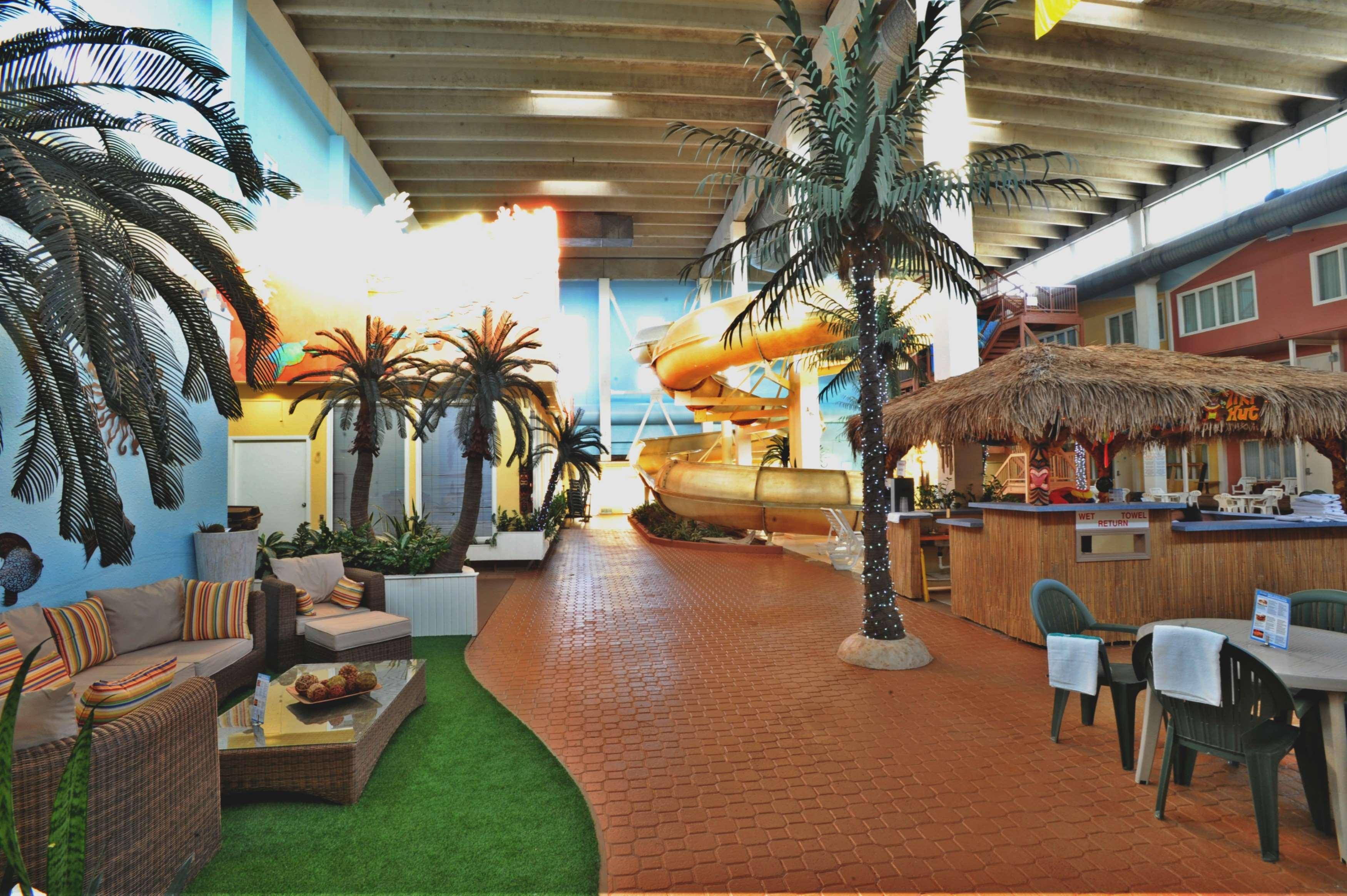 SureStay Plus Hotel by Best Western Seven Oaks in Regina: Pool Side Tiki Bar