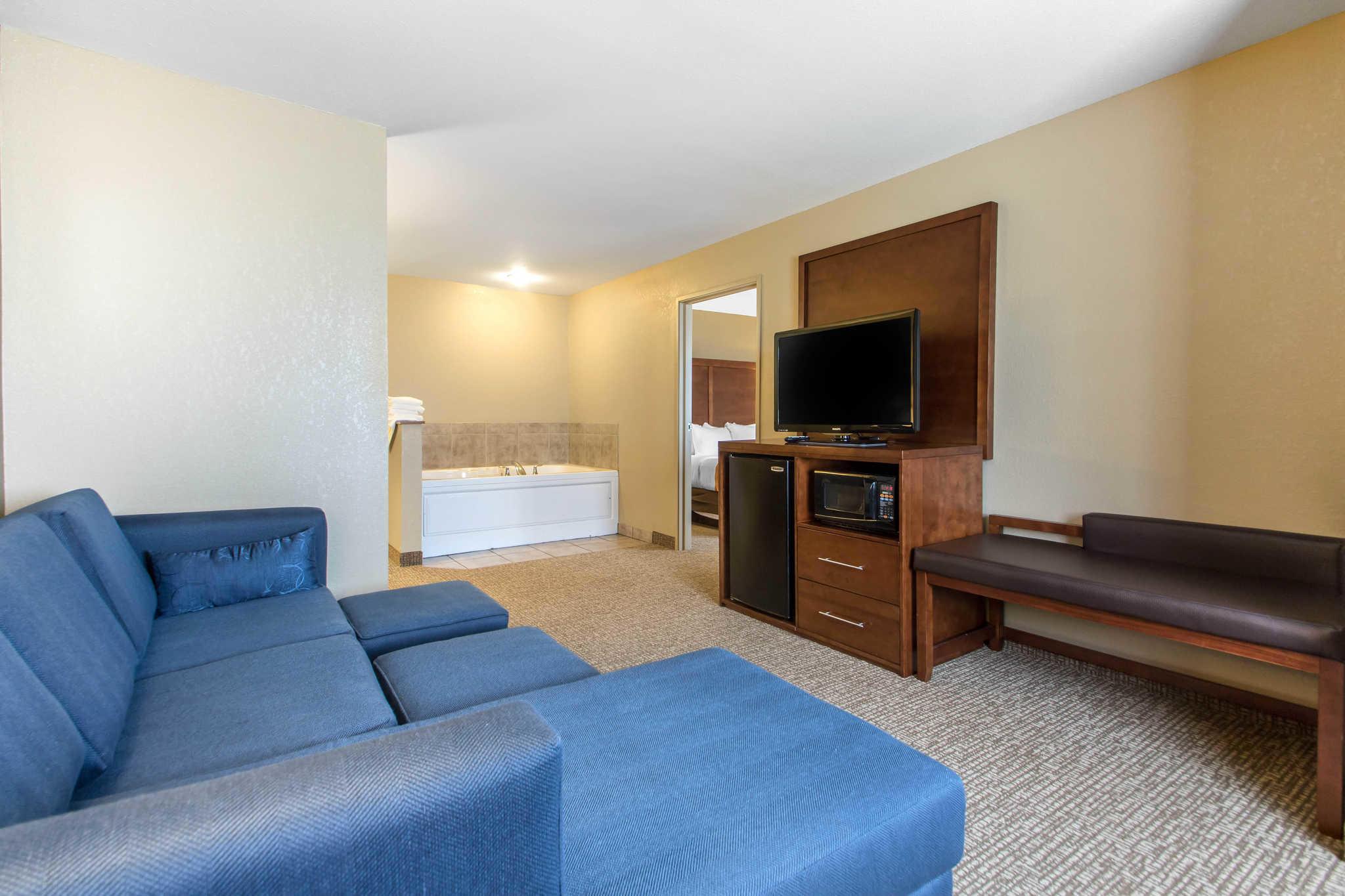 Comfort Suites Johnson Creek Conference Center image 14