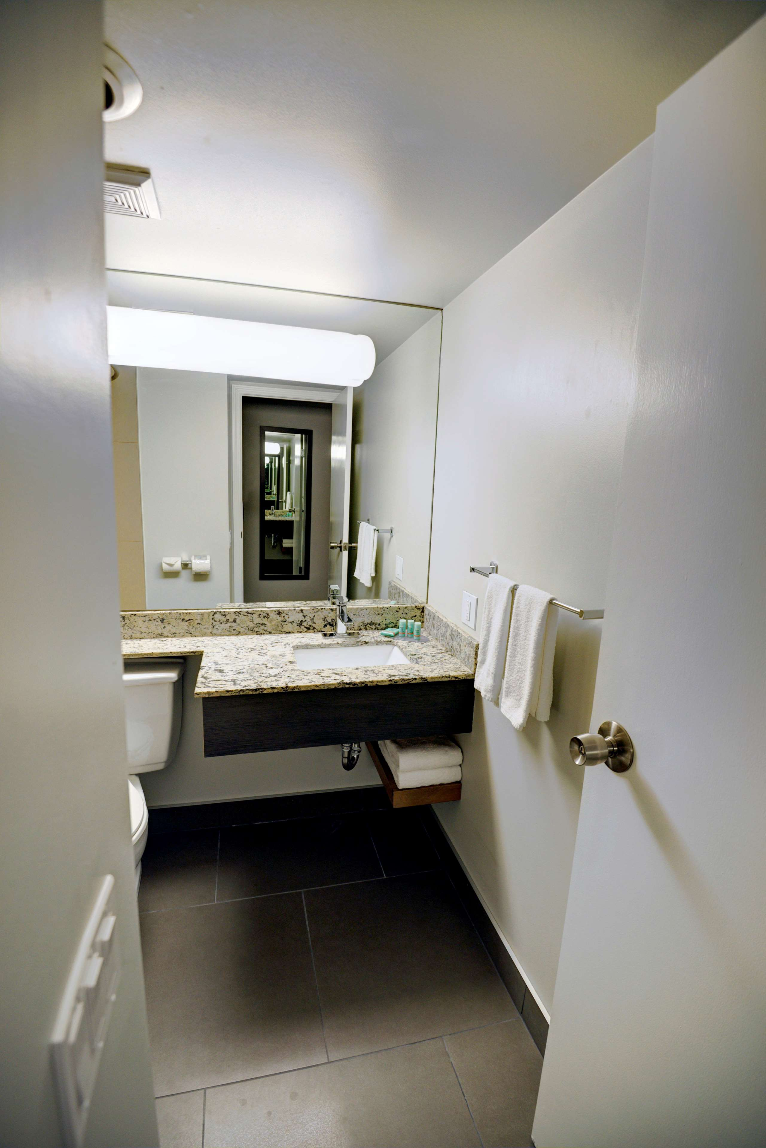 Best Western Airdrie in Airdrie: Guest Bathroom