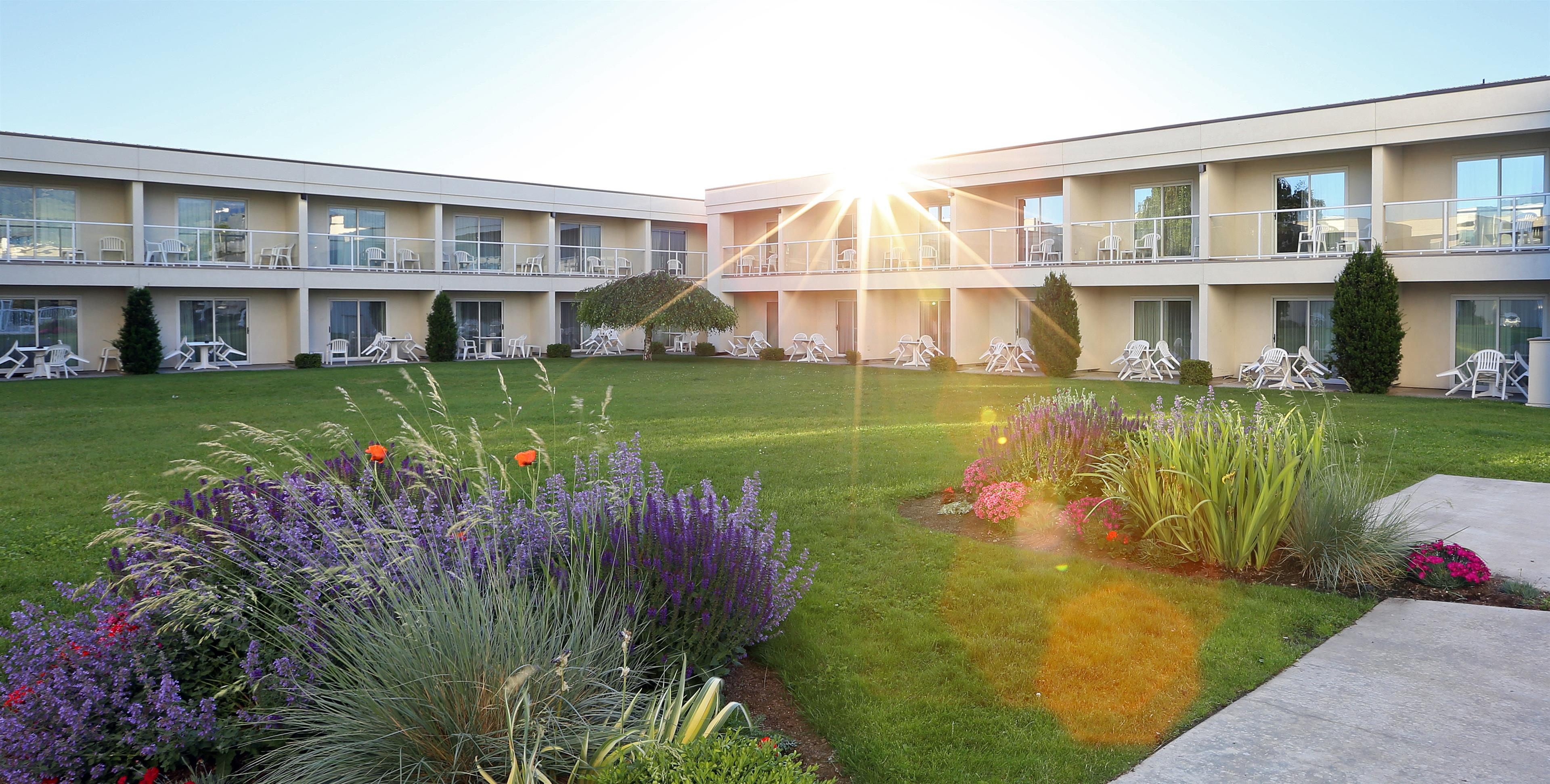 Best Western Plus Kelowna Hotel & Suites in Kelowna: Courtyard