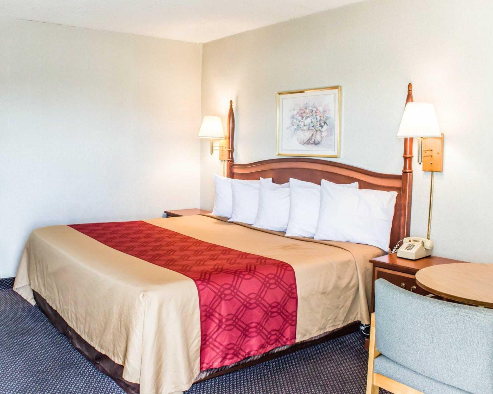 Econo Lodge & Suites image 13