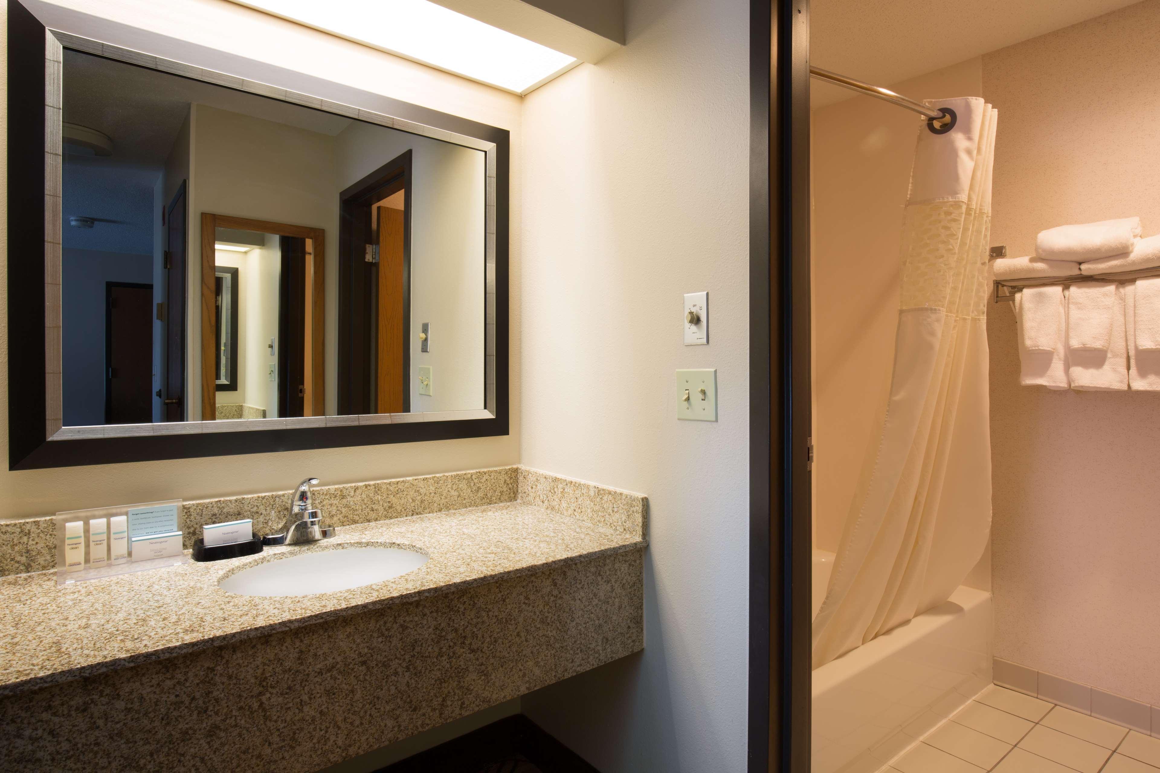 Hampton Inn & Suites Ft. Wayne-North image 20