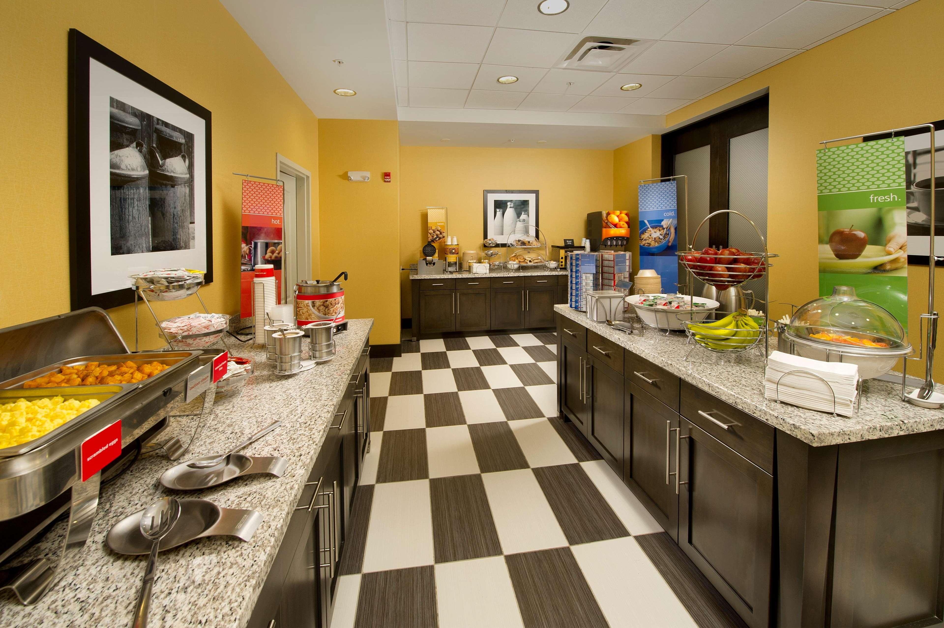 Hampton Inn & Suites Buffalo Airport image 8