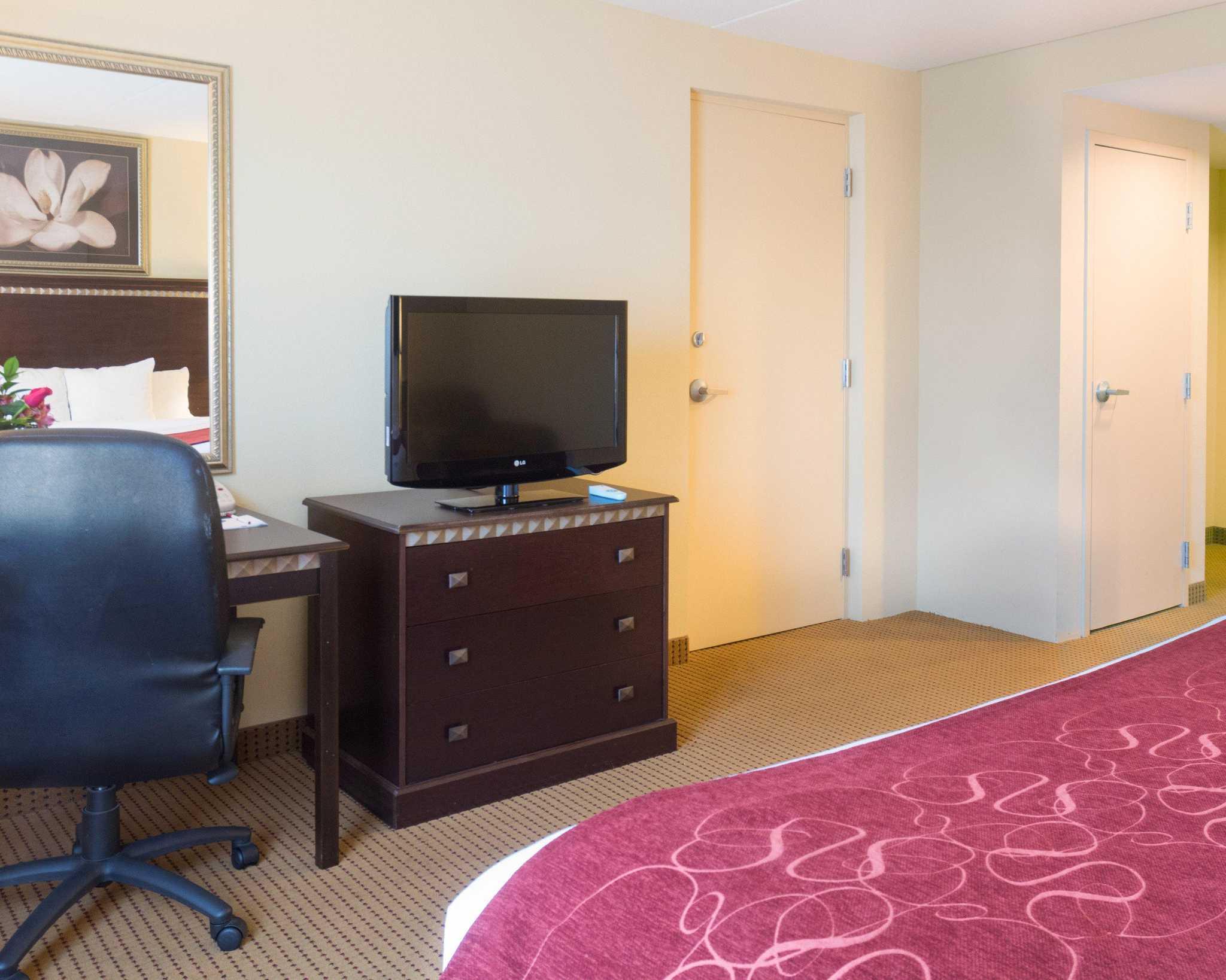 Comfort Suites Fredericksburg North image 6