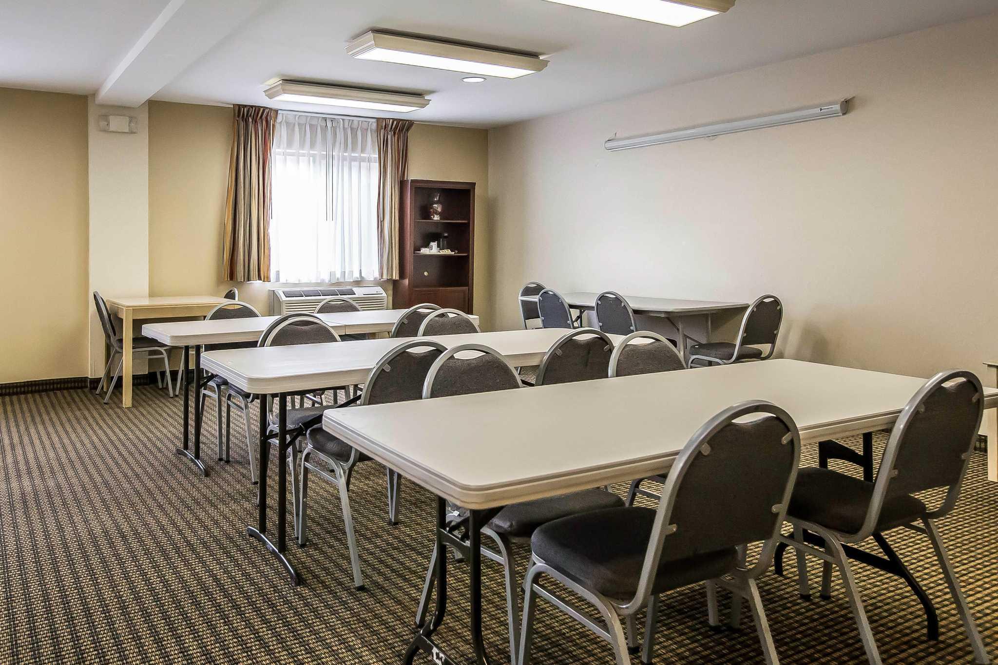 Econo Lodge Inn & Suites image 21