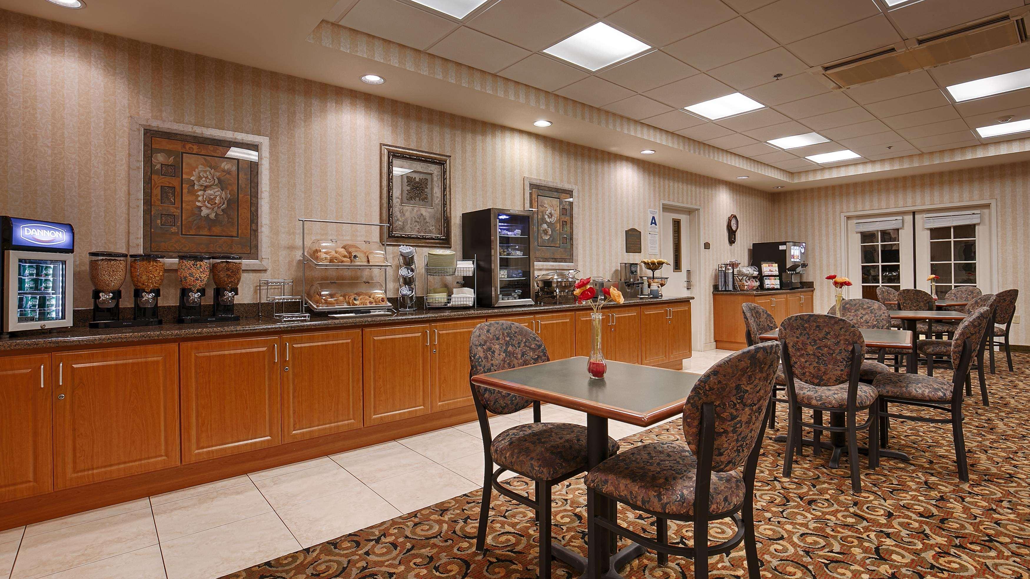 Best Western Plus Lake Elsinore Inn & Suites image 2