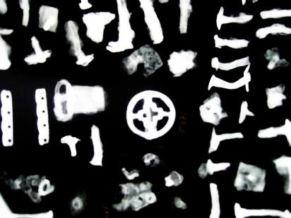 Vi röntgar föremål och gör åldersbestämning på keramik via TL-test, prover skickas till Oxford Authenitfication Institute i England.
