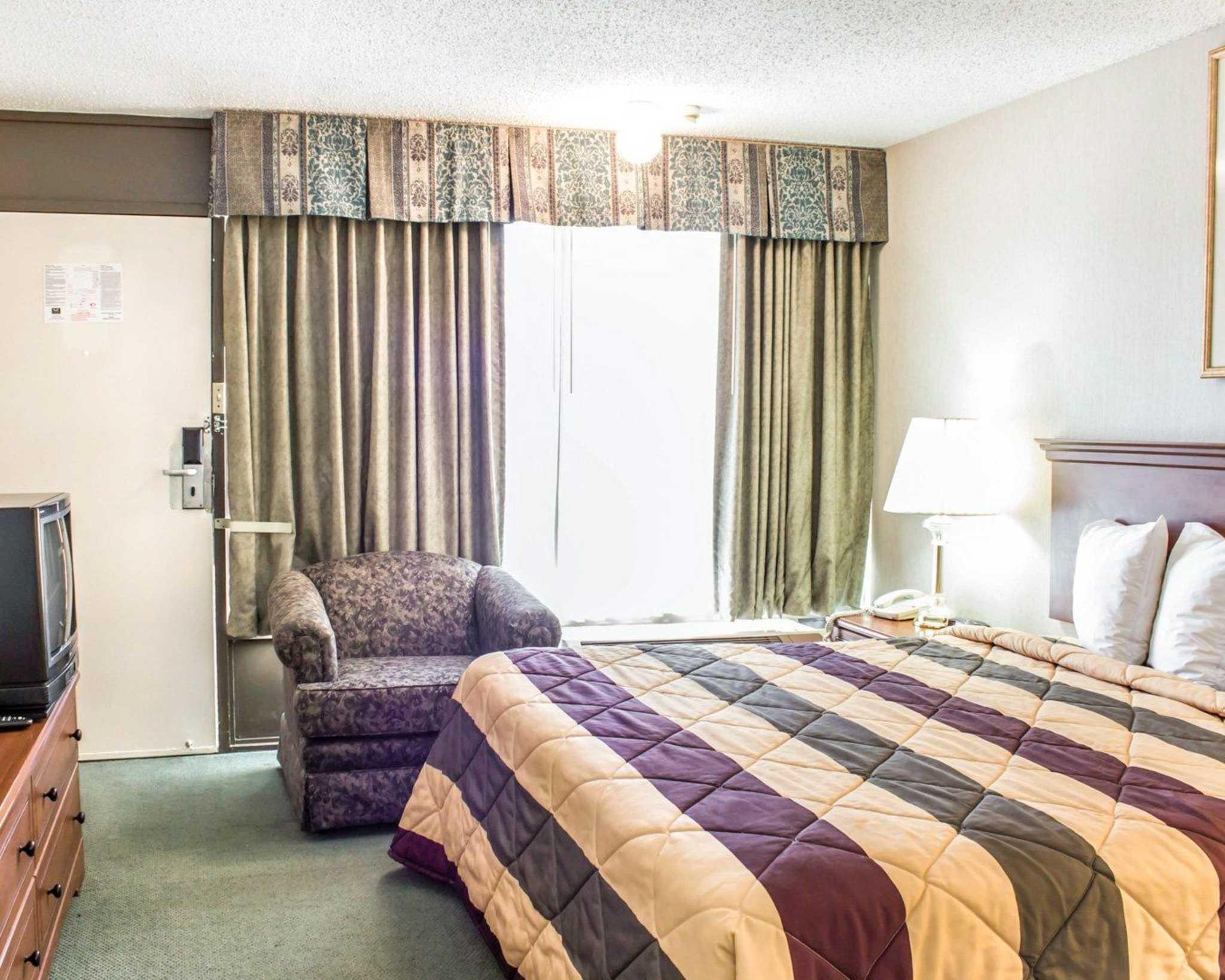 Econo Lodge & Suites image 27