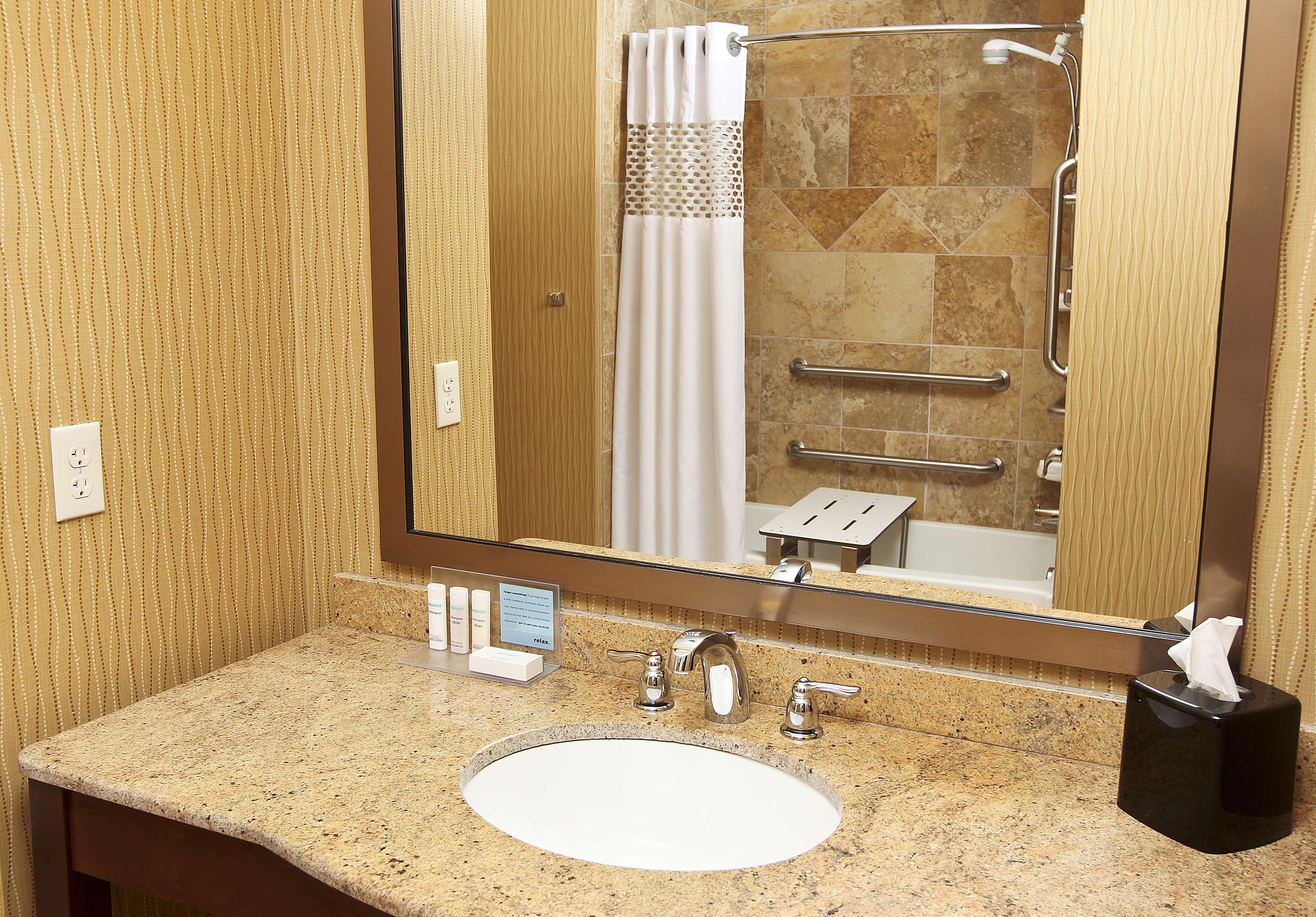 Hampton Inn & Suites Fargo image 17