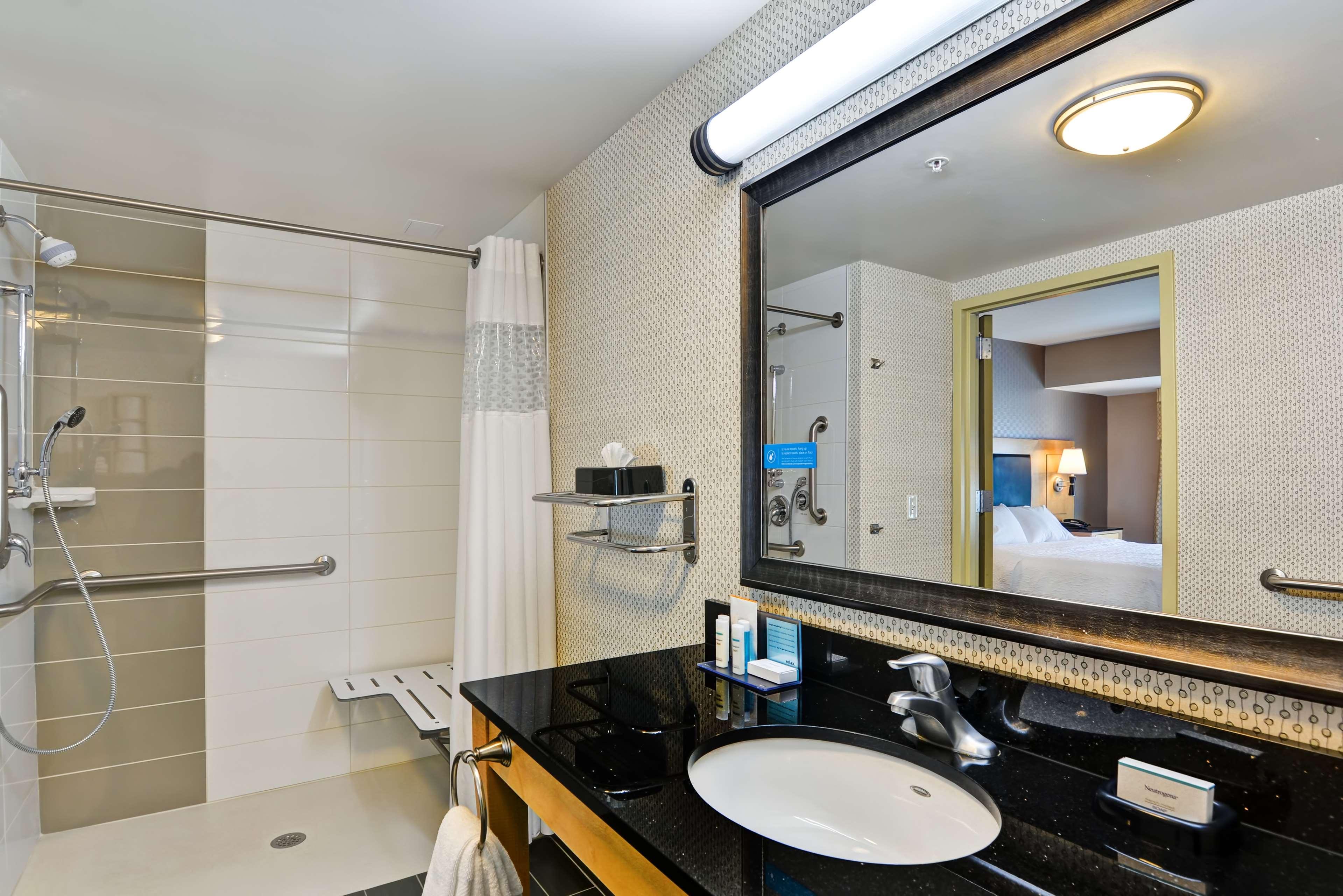 Hampton Inn & Suites Raleigh/Crabtree Valley image 35