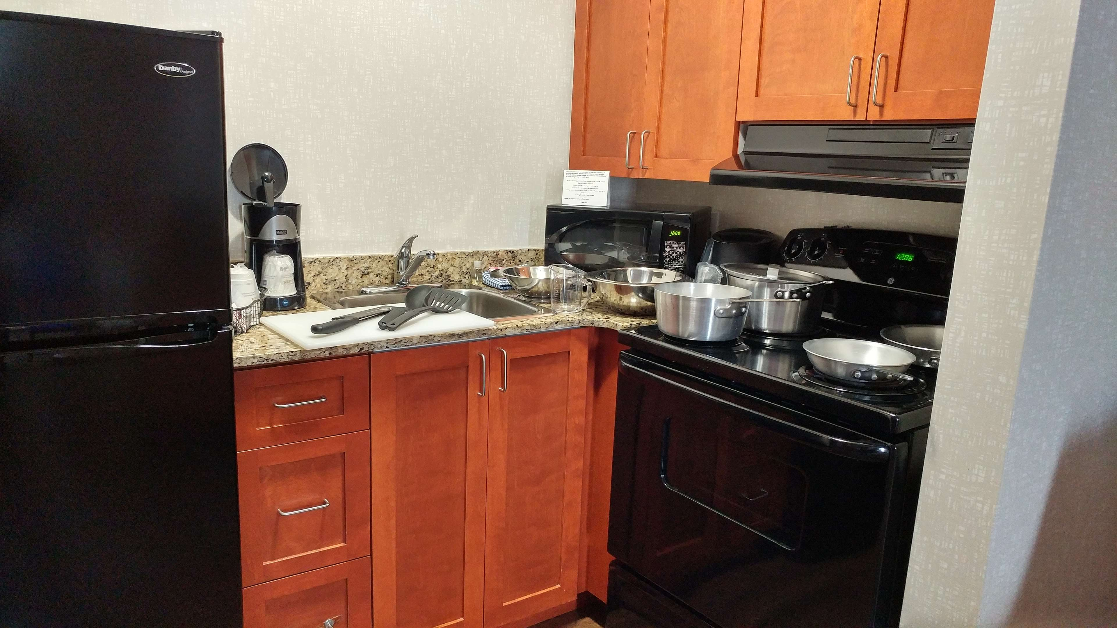 Best Western Plus Rose City Suites in Welland: Kitchen with supplies