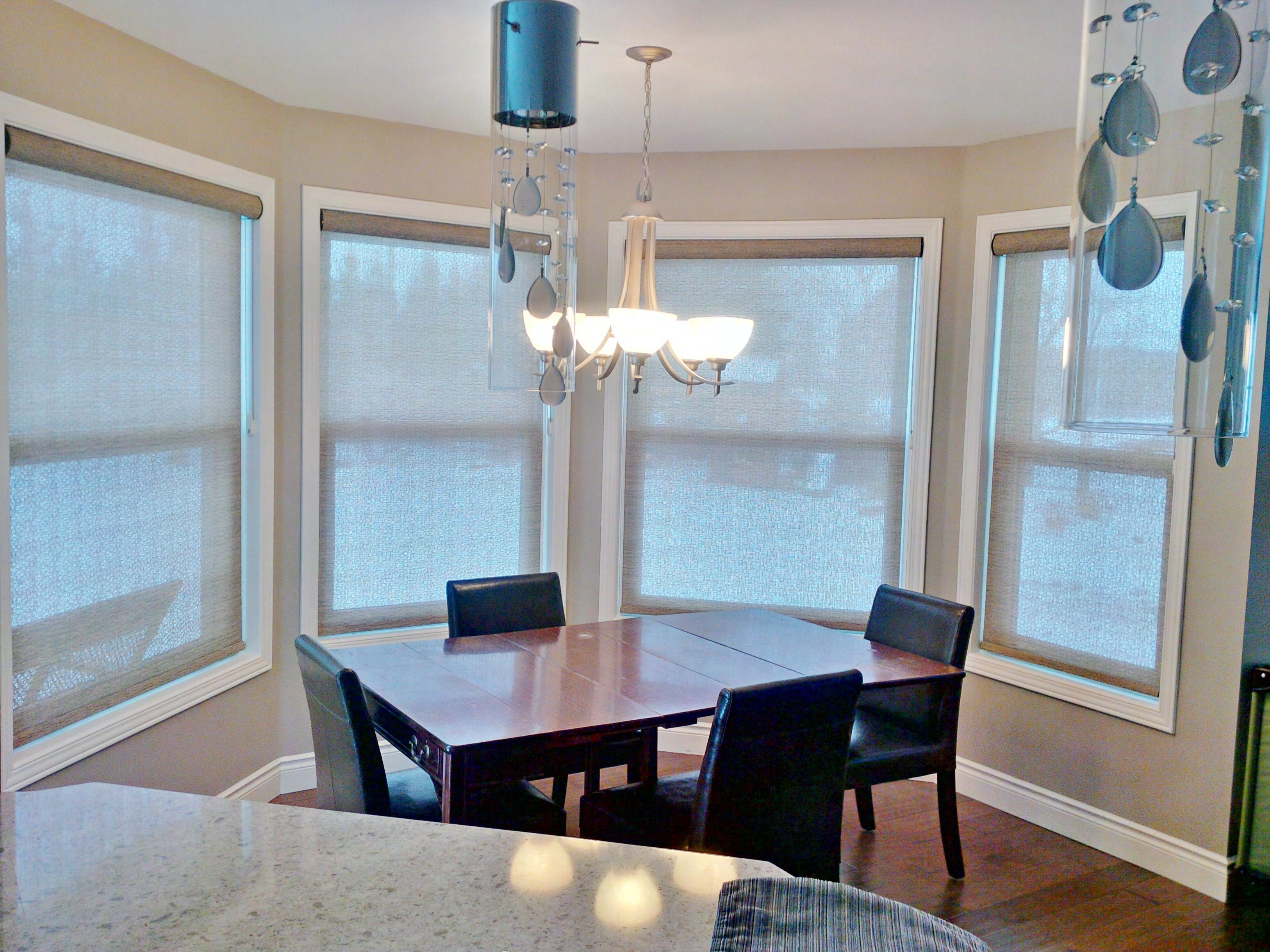 Budget Blinds à Waterloo: If you are sitting at your kitchen or dining room table trying to have a family meal with your sunglasses on, it might be time to address the window coverings!  This customer wanted to be able to control the sun in their breakfast nook, without having it feel too closed in. By installing solar shades we were able to block most of the direct sunlight while maintaining a degree of outward view to ensure the open feel they desired.