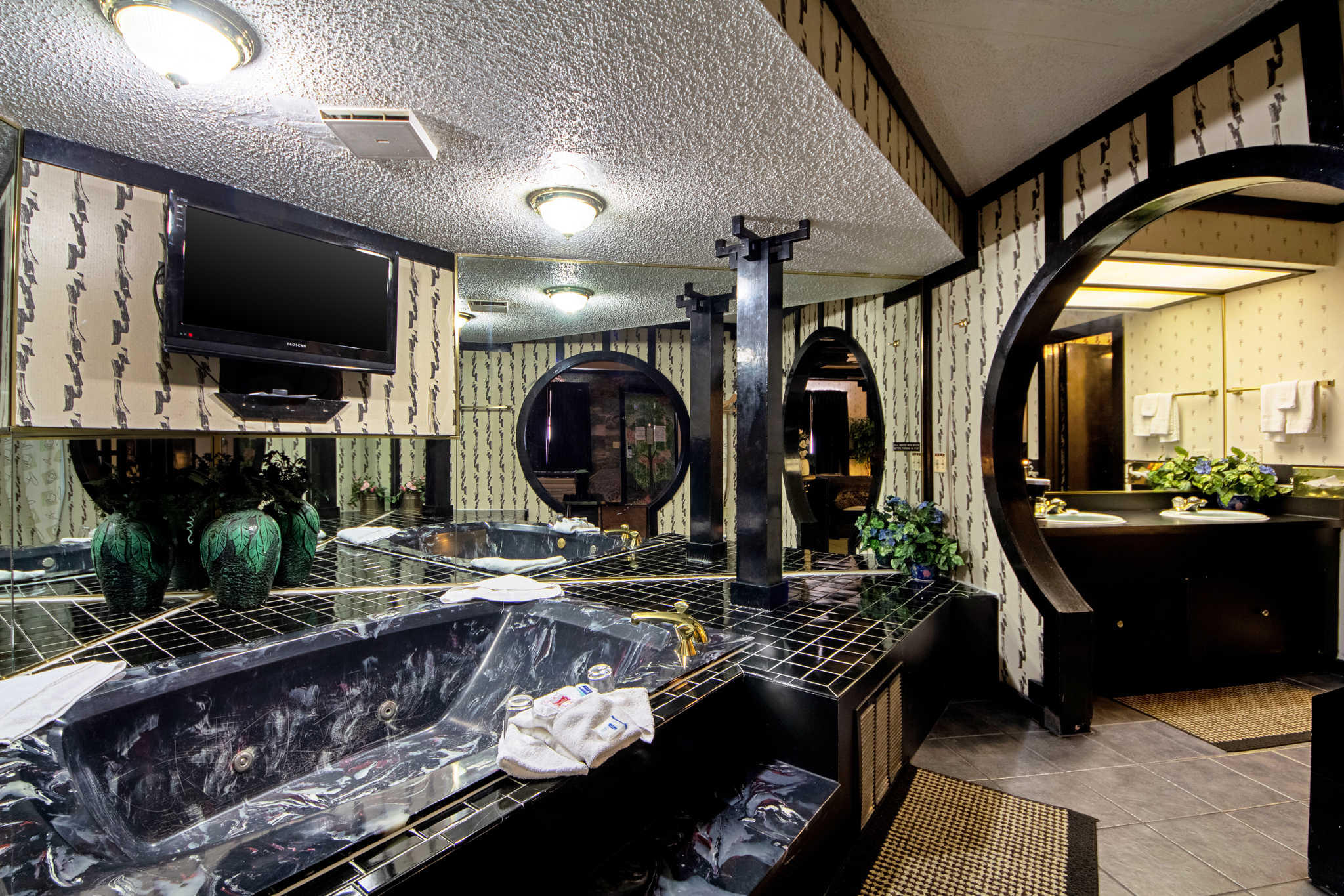 Rodeway Inn & Suites image 48