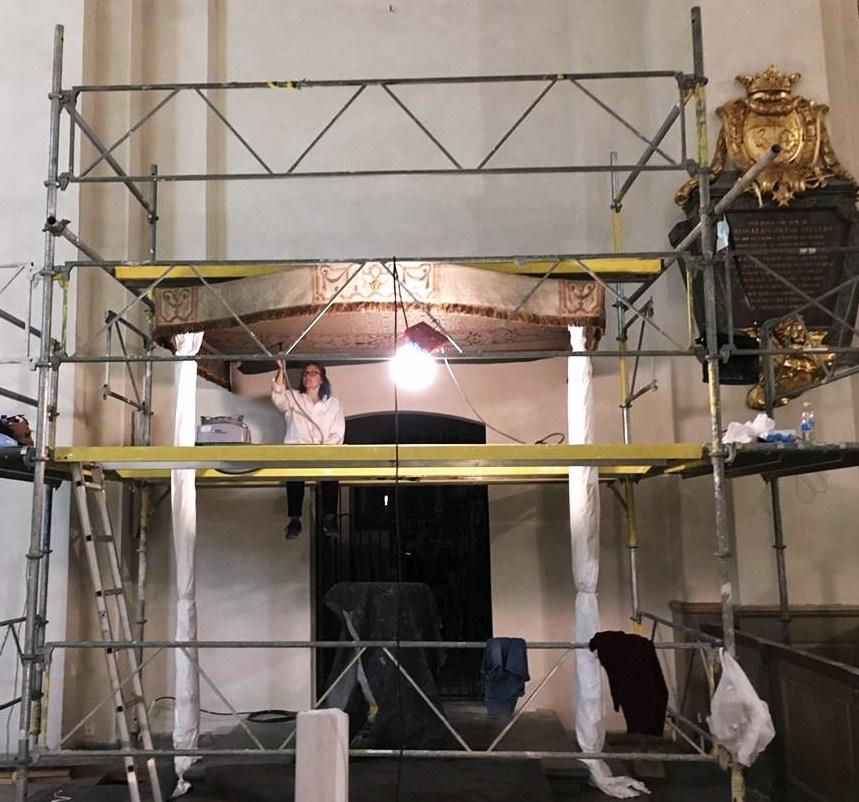 Acta Konserveringscentrum arbetar med här med textilkonservering av baldakin i Maria Magdalena kyrka i Stockholm.
