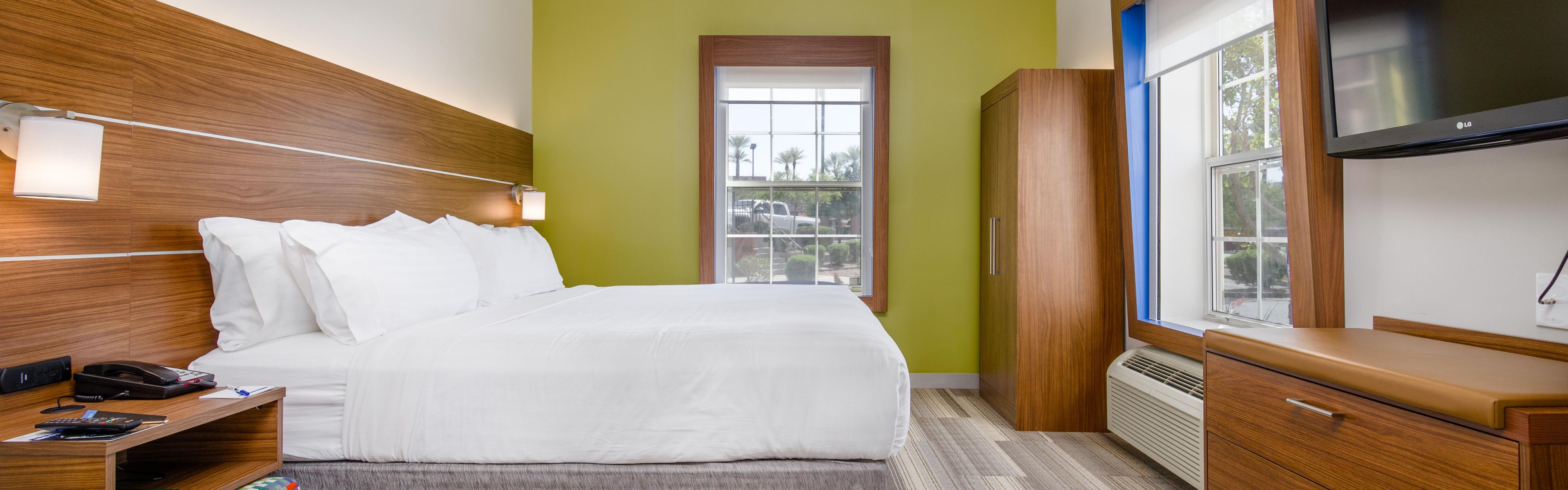 Holiday Inn Express & Suites Phoenix Airport image 1