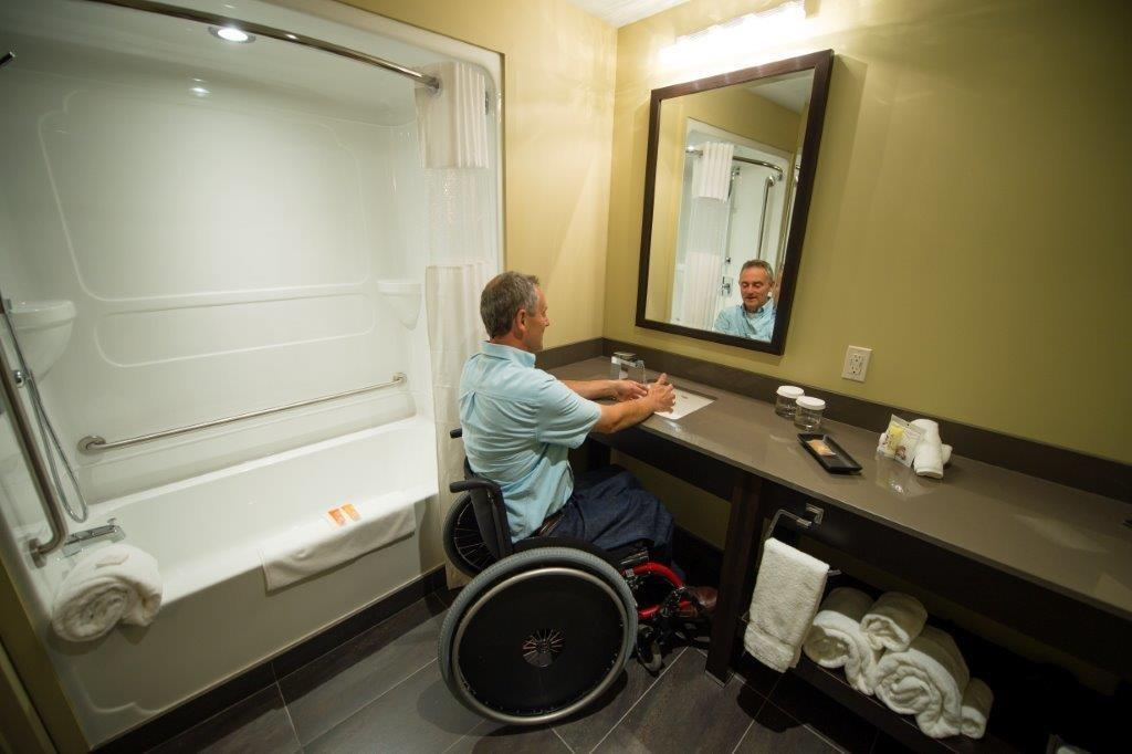 Best Western Plus Hotel Levesque à Riviere-du-Loup: Mobility Accessible King with River View