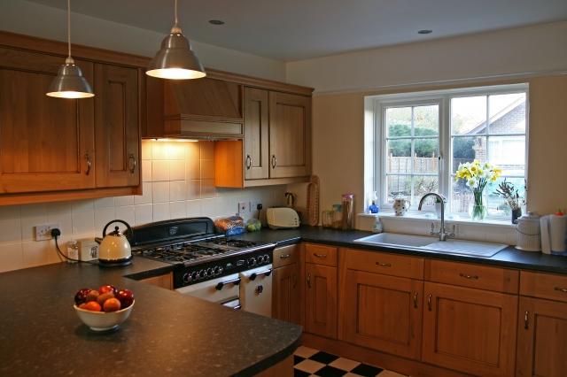 Кухня с окном в частном доме дизайн