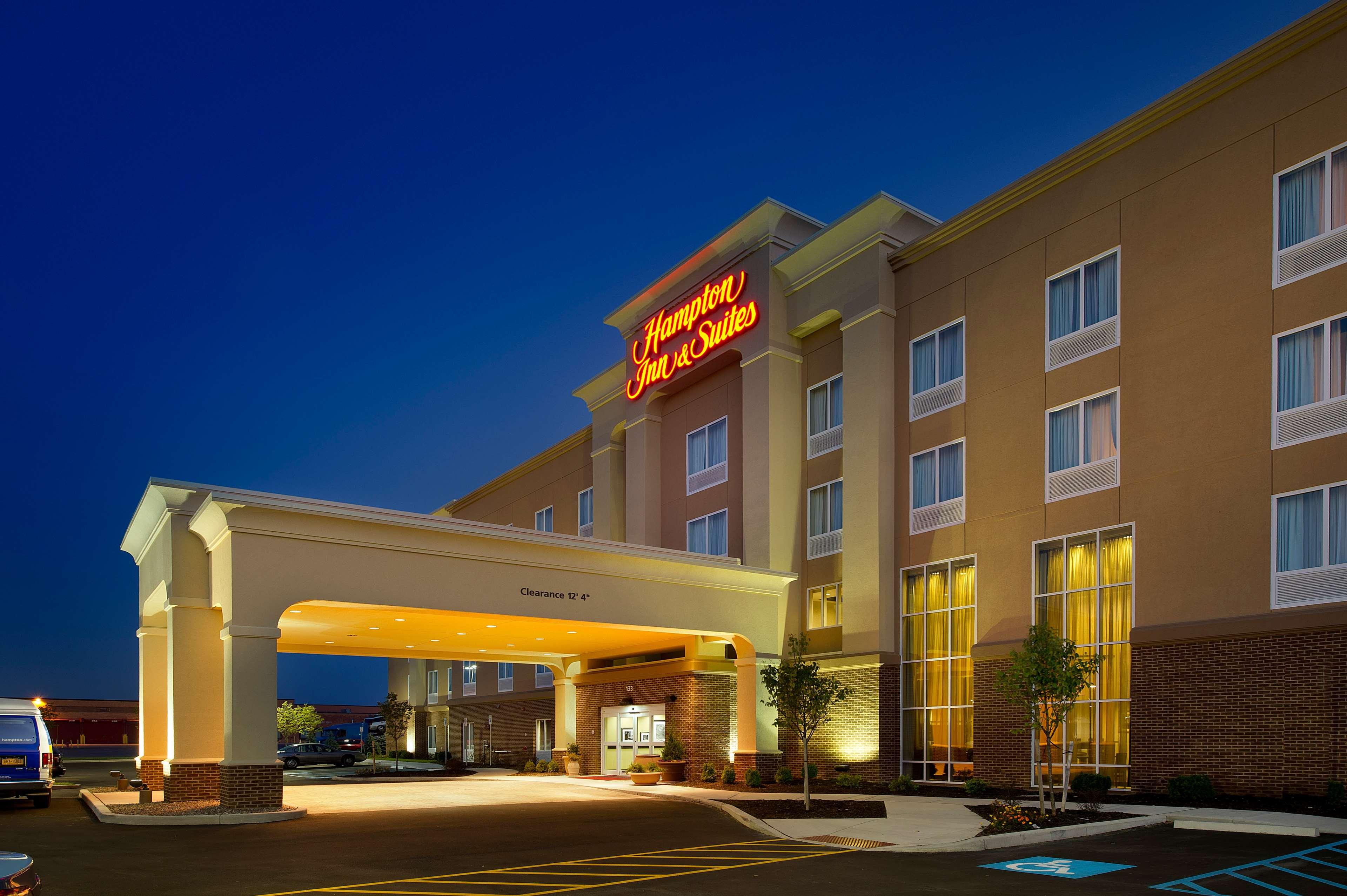 Hampton Inn & Suites Buffalo Airport image 1