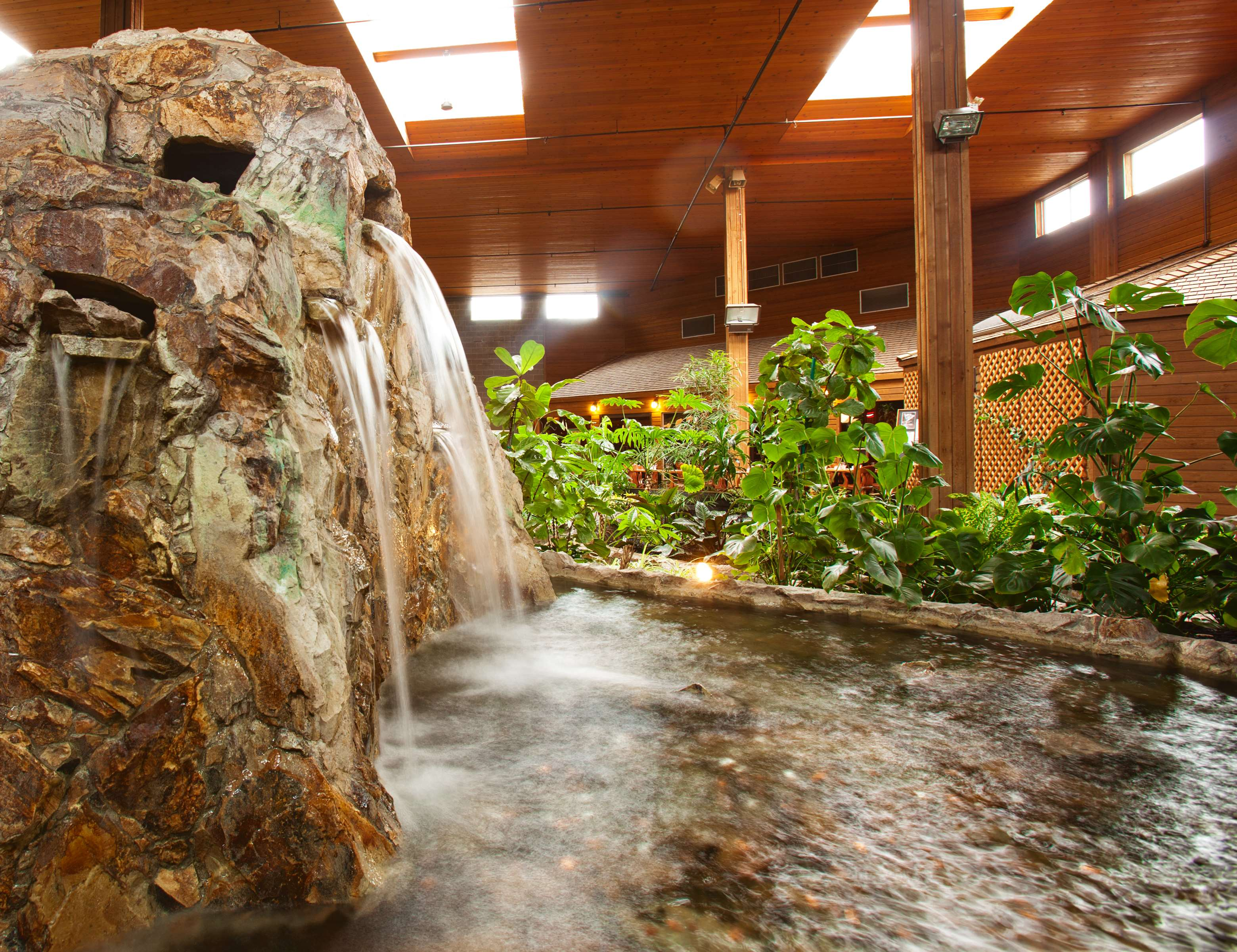 Best Western Rainbow Country Inn in Chilliwack: Fountain in Tropical Atrium
