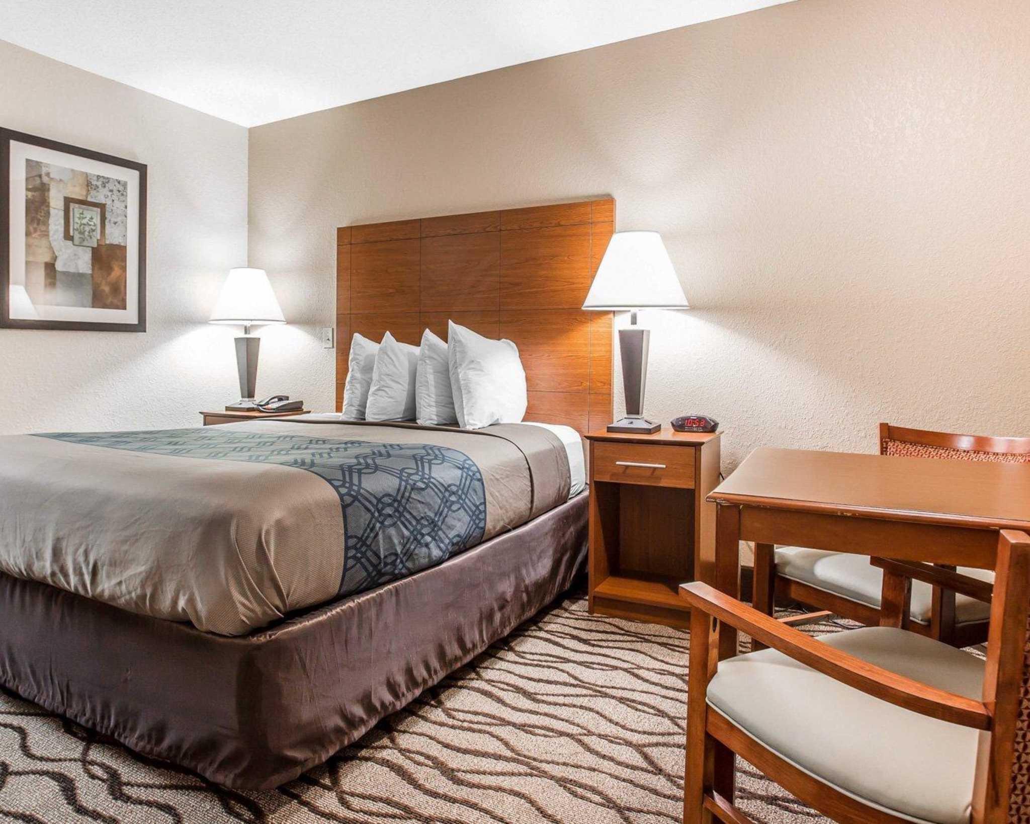 Econo Lodge Inn & Suites image 12