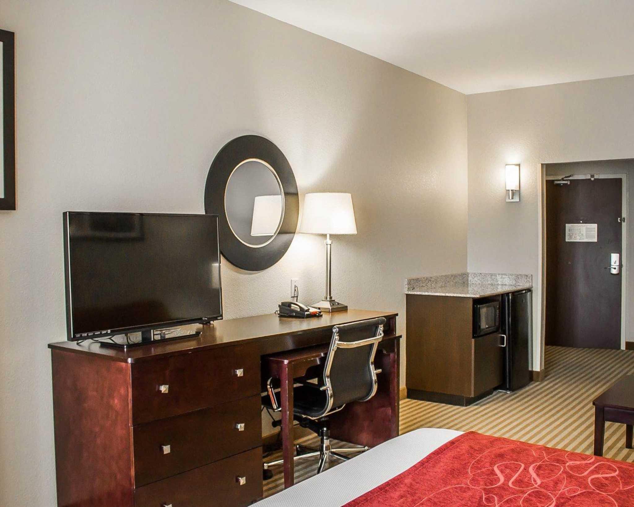 Comfort Suites East Broad at 270 image 7