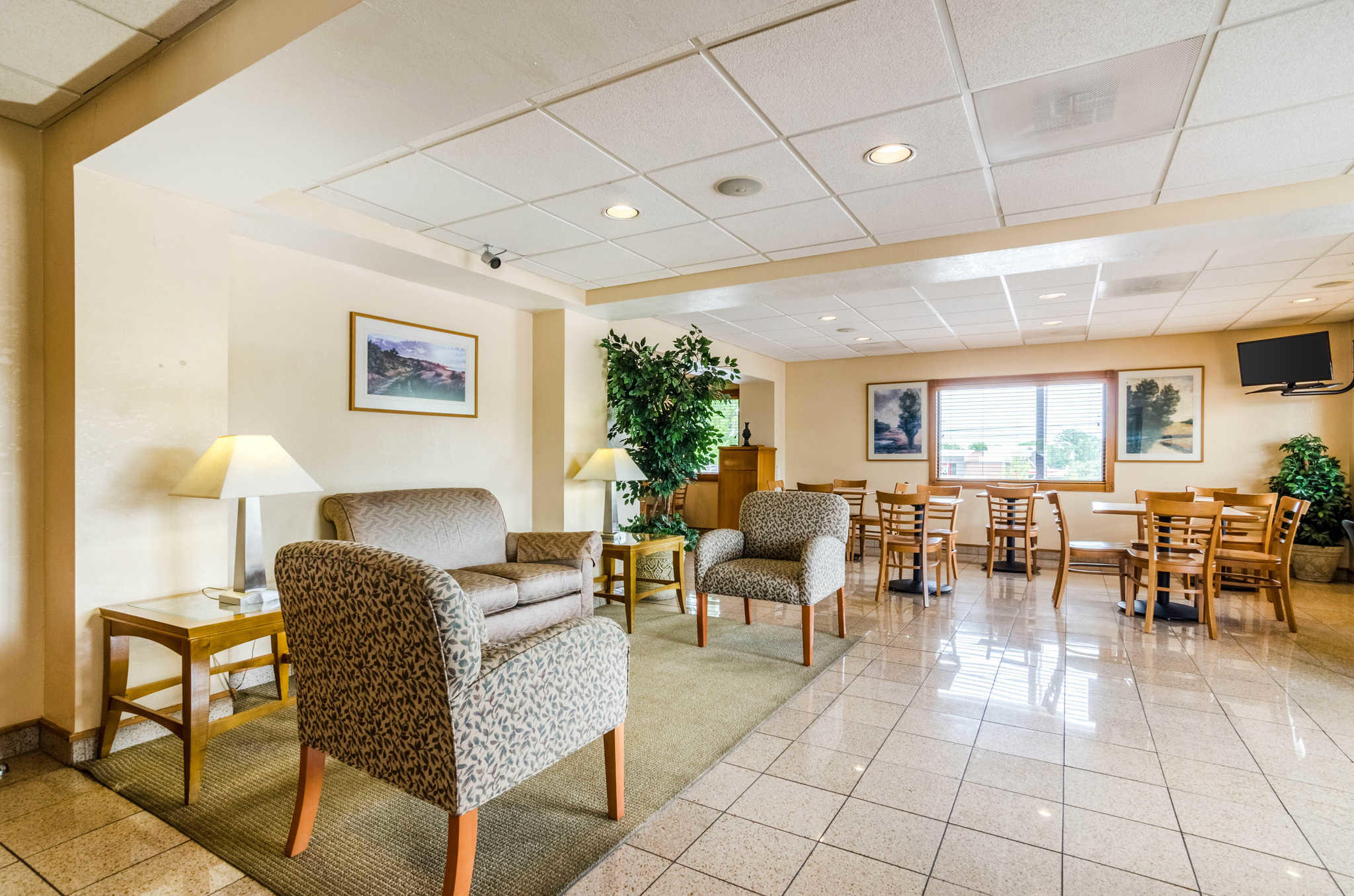 Econo Lodge  Inn & Suites I-35 at Shawnee Mission image 6