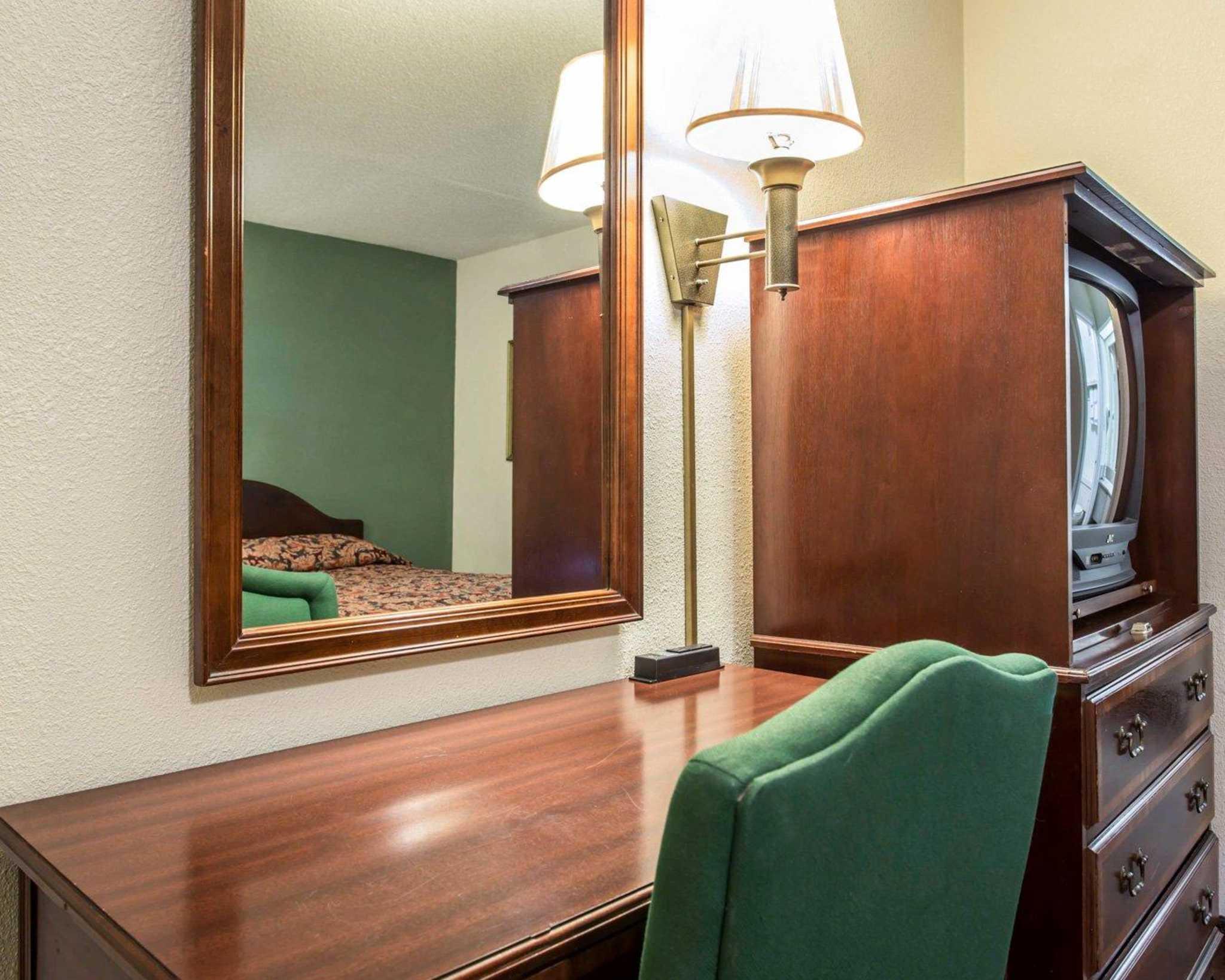 Econo Lodge & Suites Lake Norman image 5