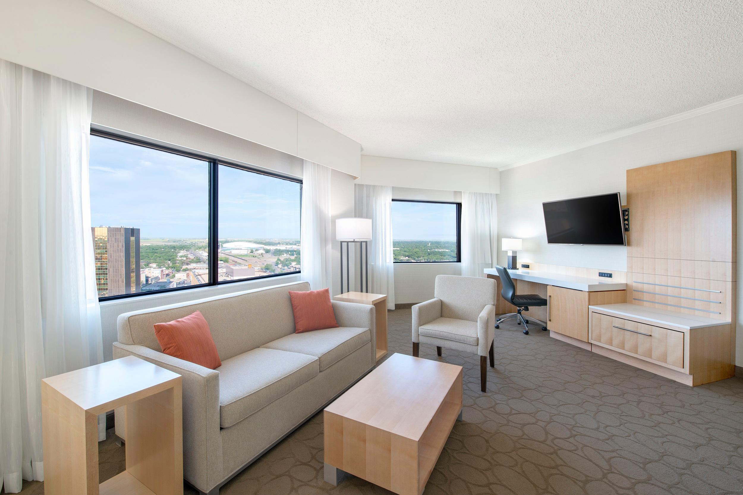 Delta Hotels by Marriott Regina in Regina: Wascana Suite- Living Area