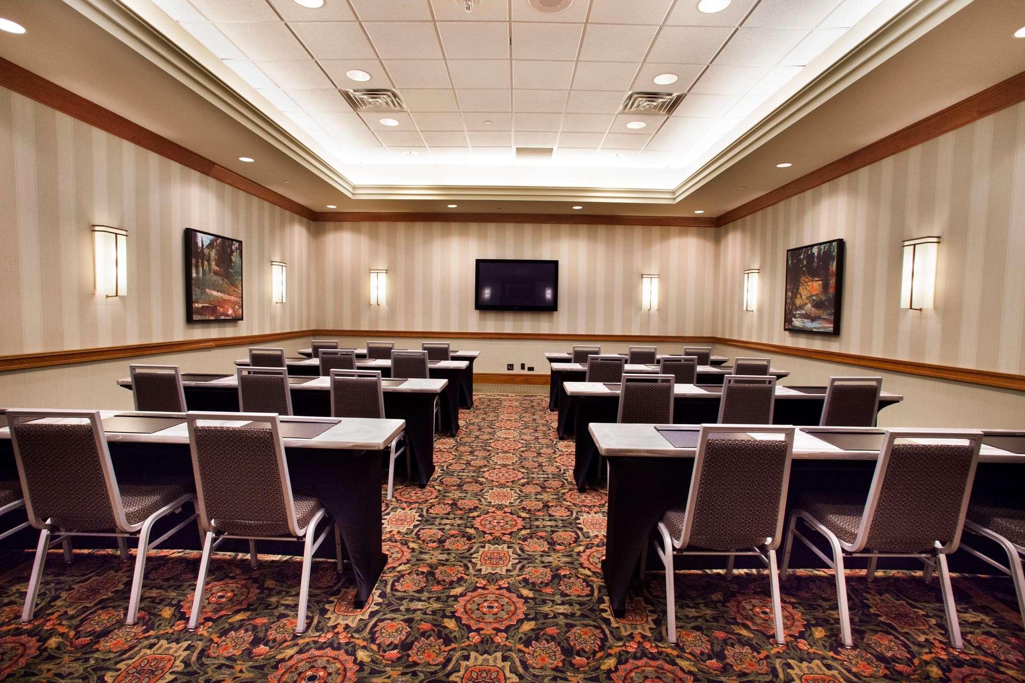 Hilton Chicago/Oak Brook Suites image 9