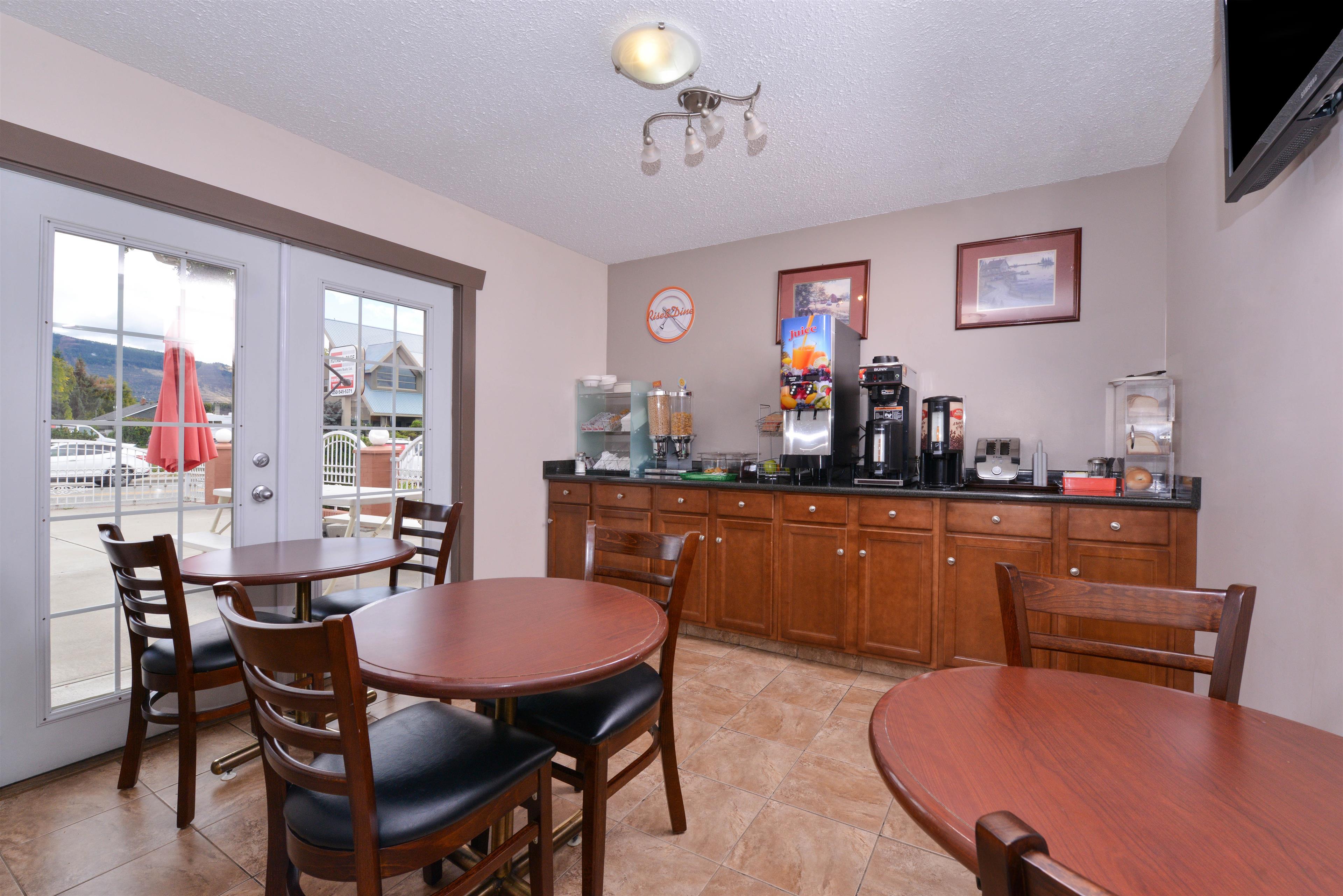 Canadas Best Value Inn & Suites in Vernon: Breakfast Area
