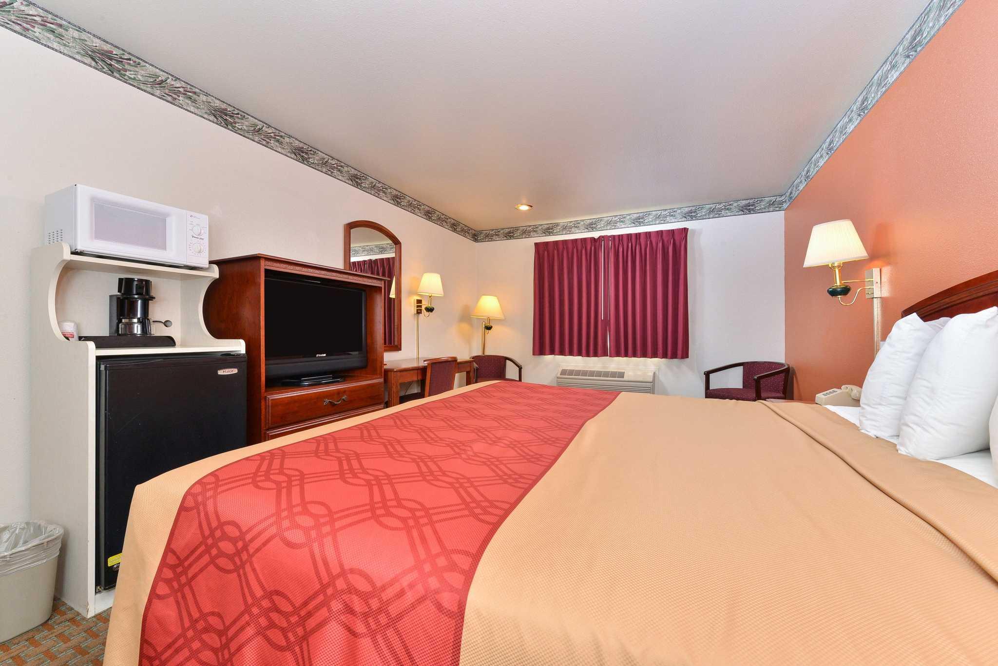 Econo Lodge Inn & Suites image 7
