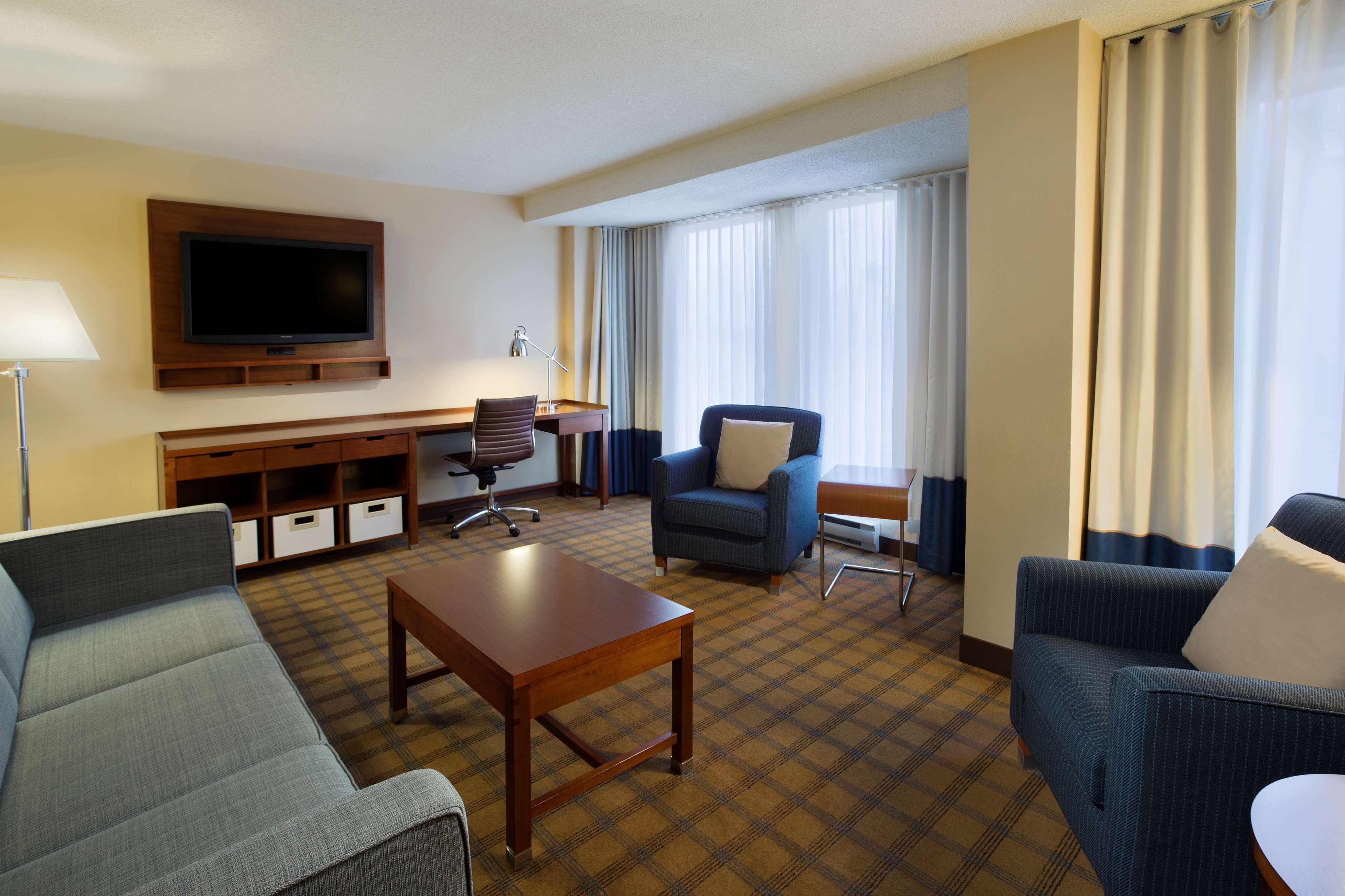 Four Points by Sheraton Hotel & Conference Centre Gatineau-Ottawa à Gatineau: Junior Parlour Suite