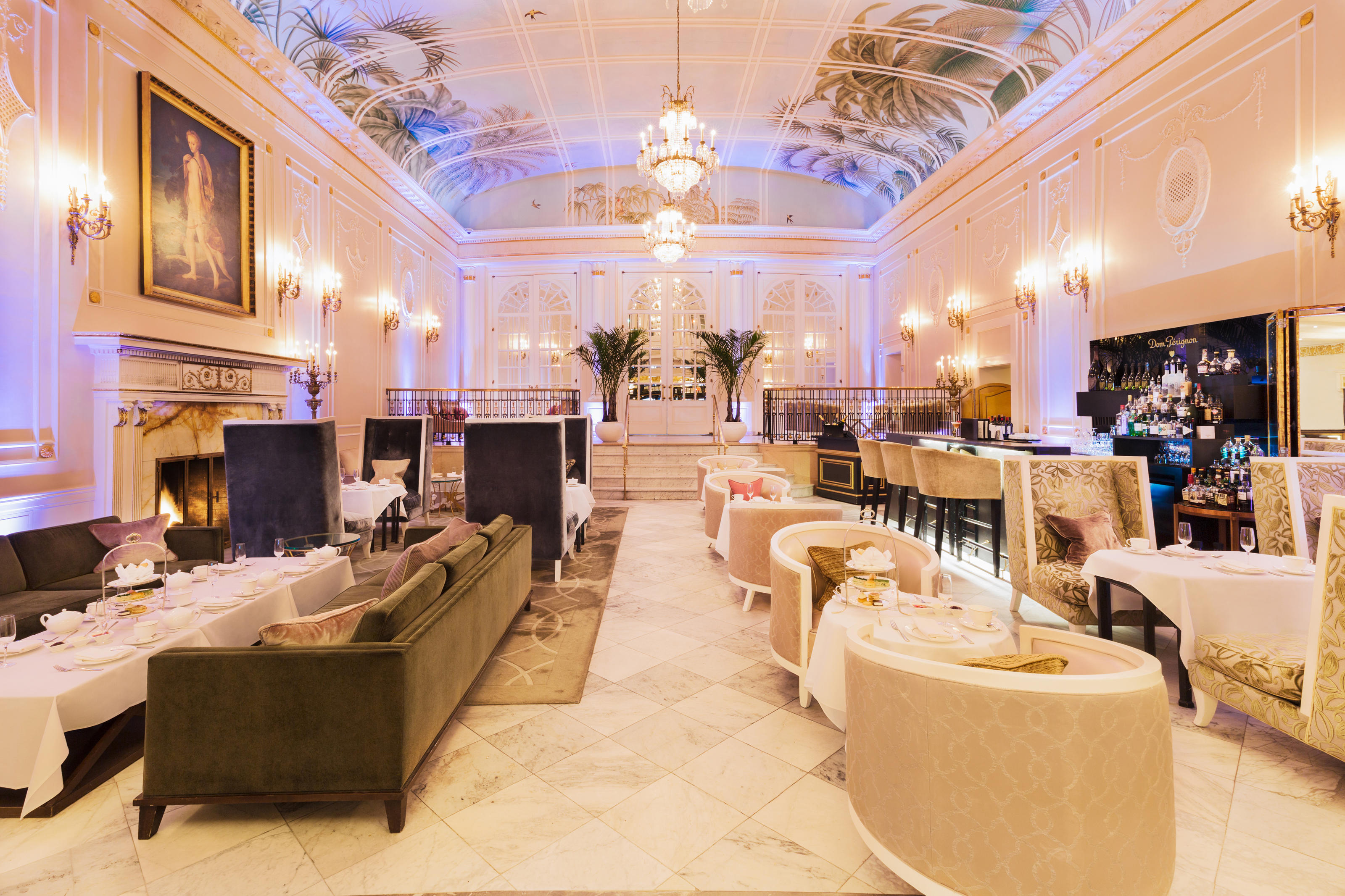 The Ritz-Carlton, Montreal à Montreal: When the Ritz-Carlton Montreal opened in 1912 it became known for its legendary style, impeccable service and tradition for serving afternoon tea and high tea. Today, guests can take tea amidst the elegance of the famous Palm Court, served along with homemade canapés, scones and pastries.