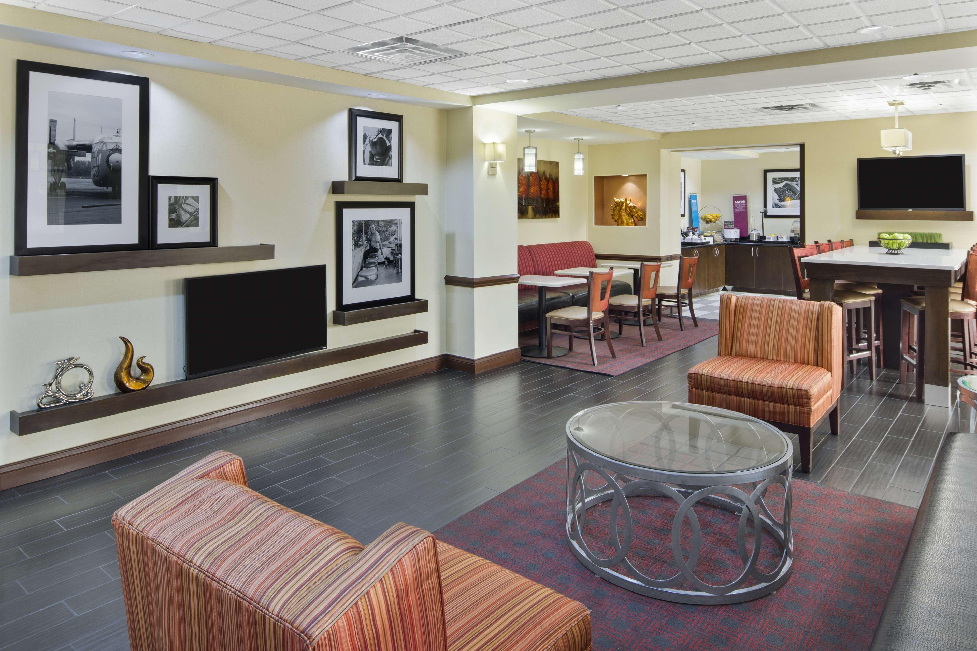 Hampton Inn Hinesville image 3