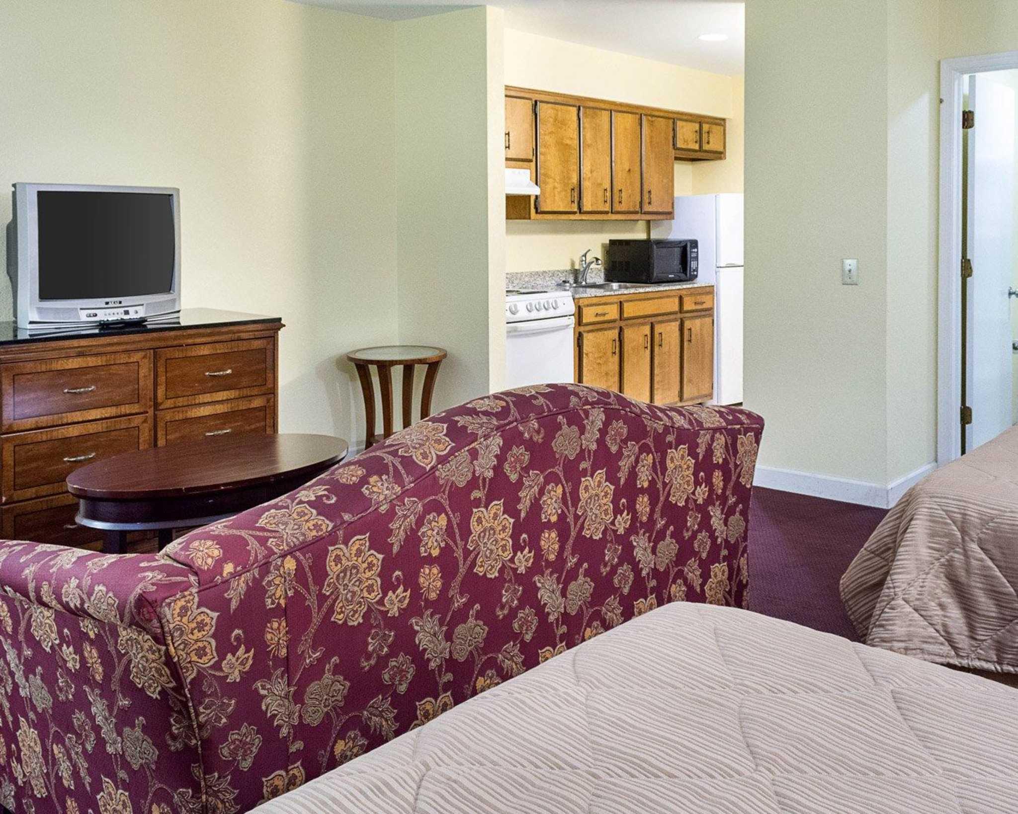 Econo Lodge Inn & Suites Carrollton Smithfield image 18
