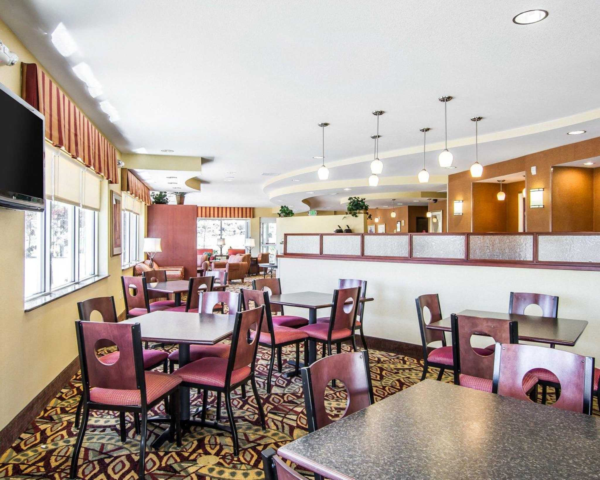 hotel valley suites inn building near green east lake az country geneva and comforter comfort wi