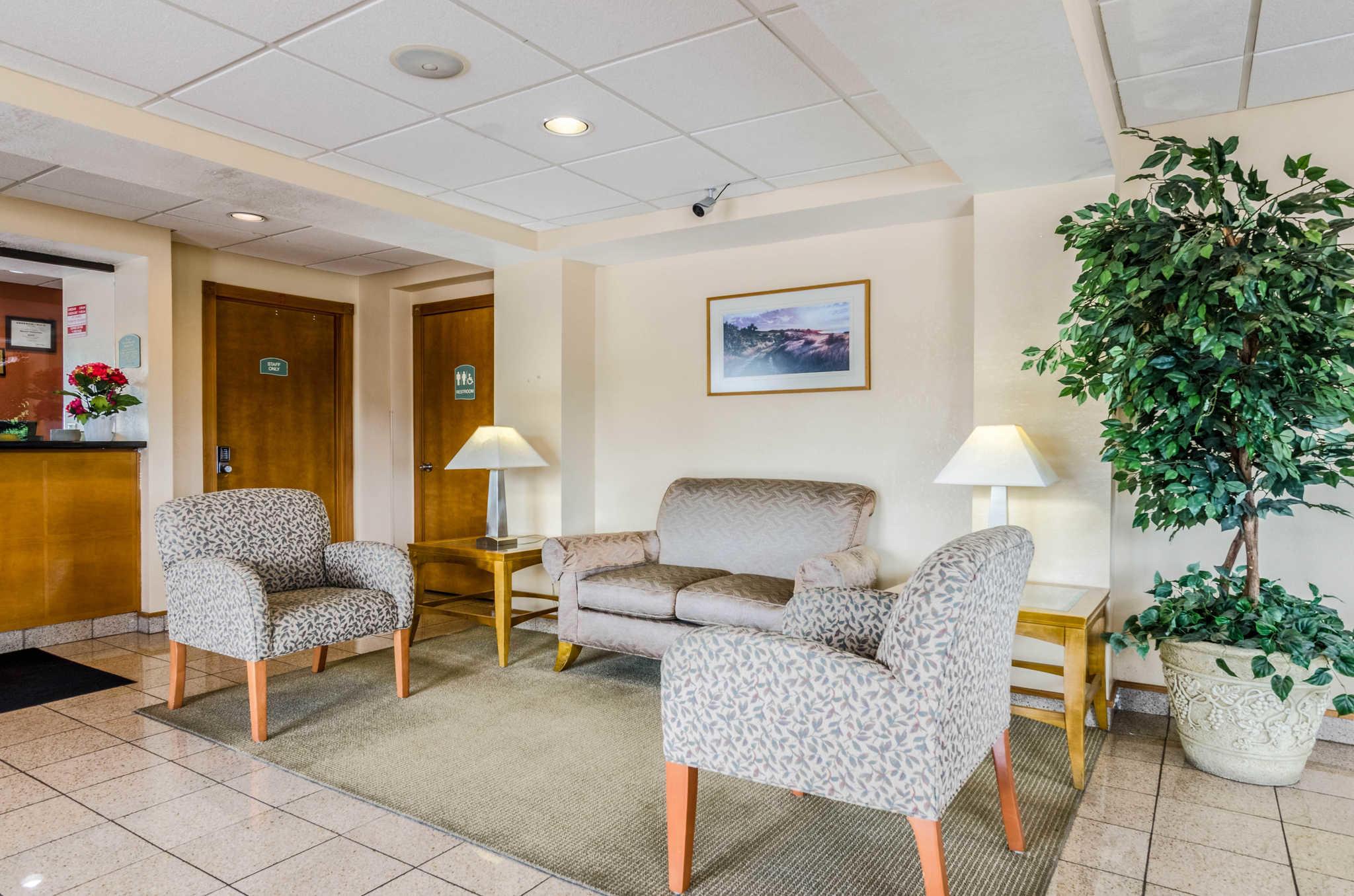 Econo Lodge  Inn & Suites I-35 at Shawnee Mission image 7