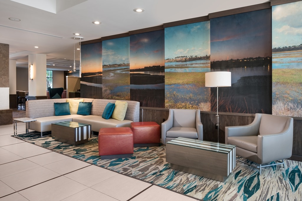 Lobby - Featuring warm decor, comfortable seating and plenty of places to plug in, our newly renovated lobby is ideal for holding impromptu meetings or simply kicking back with your laptop or smartphone.