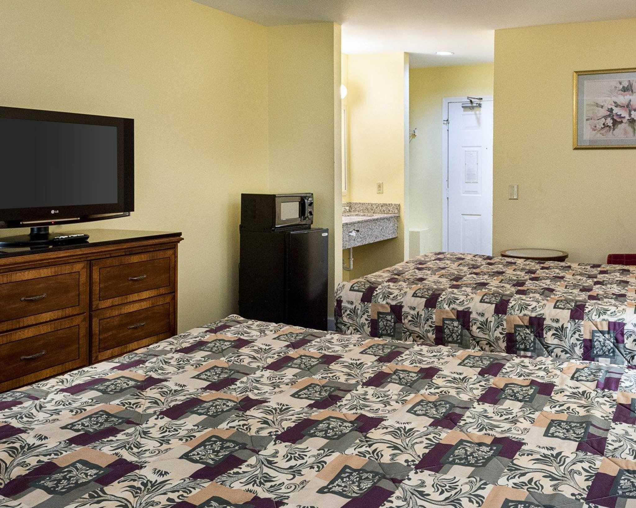 Econo Lodge Inn & Suites Carrollton Smithfield image 10