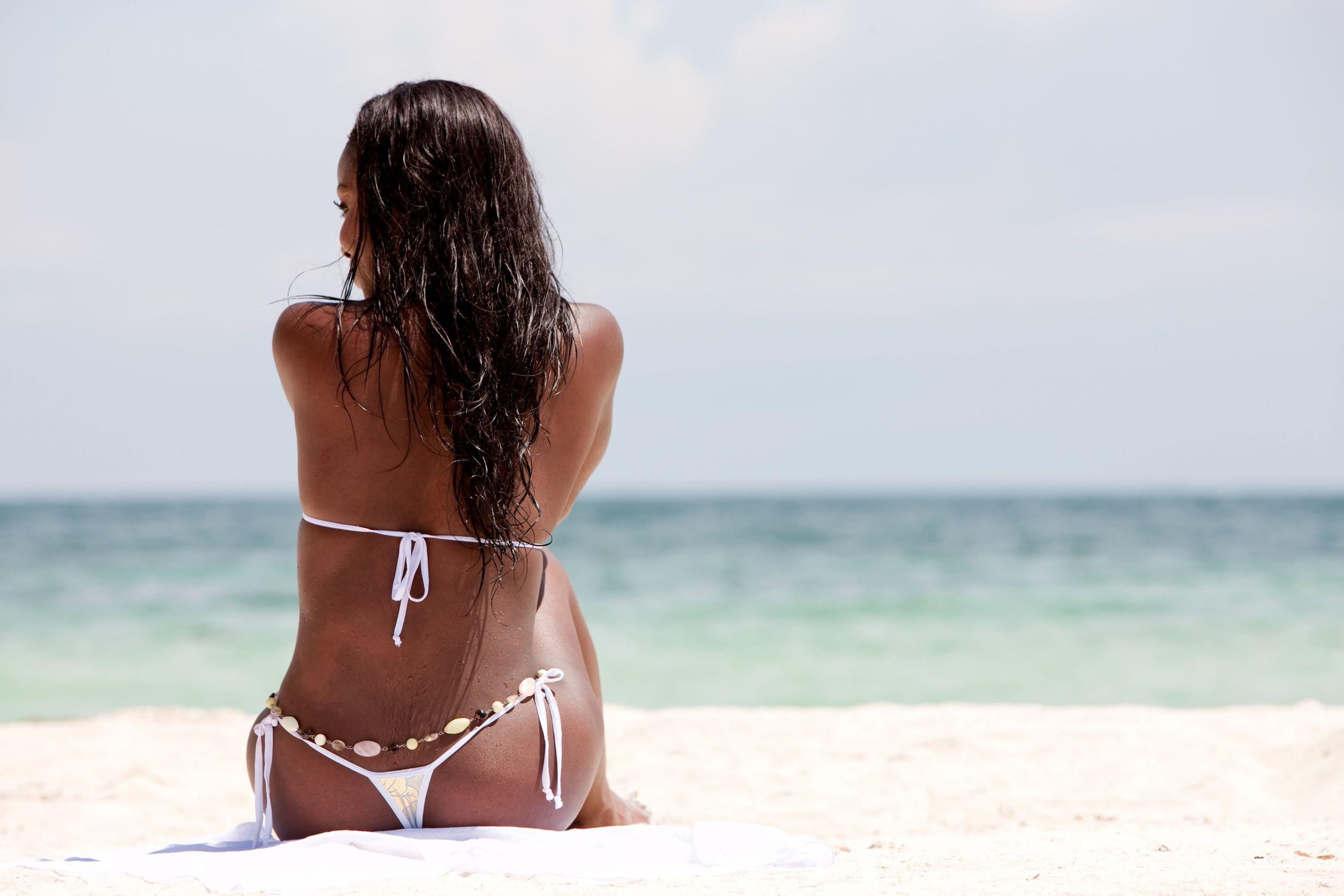 Фото на пляже брюнетки без лица на аву