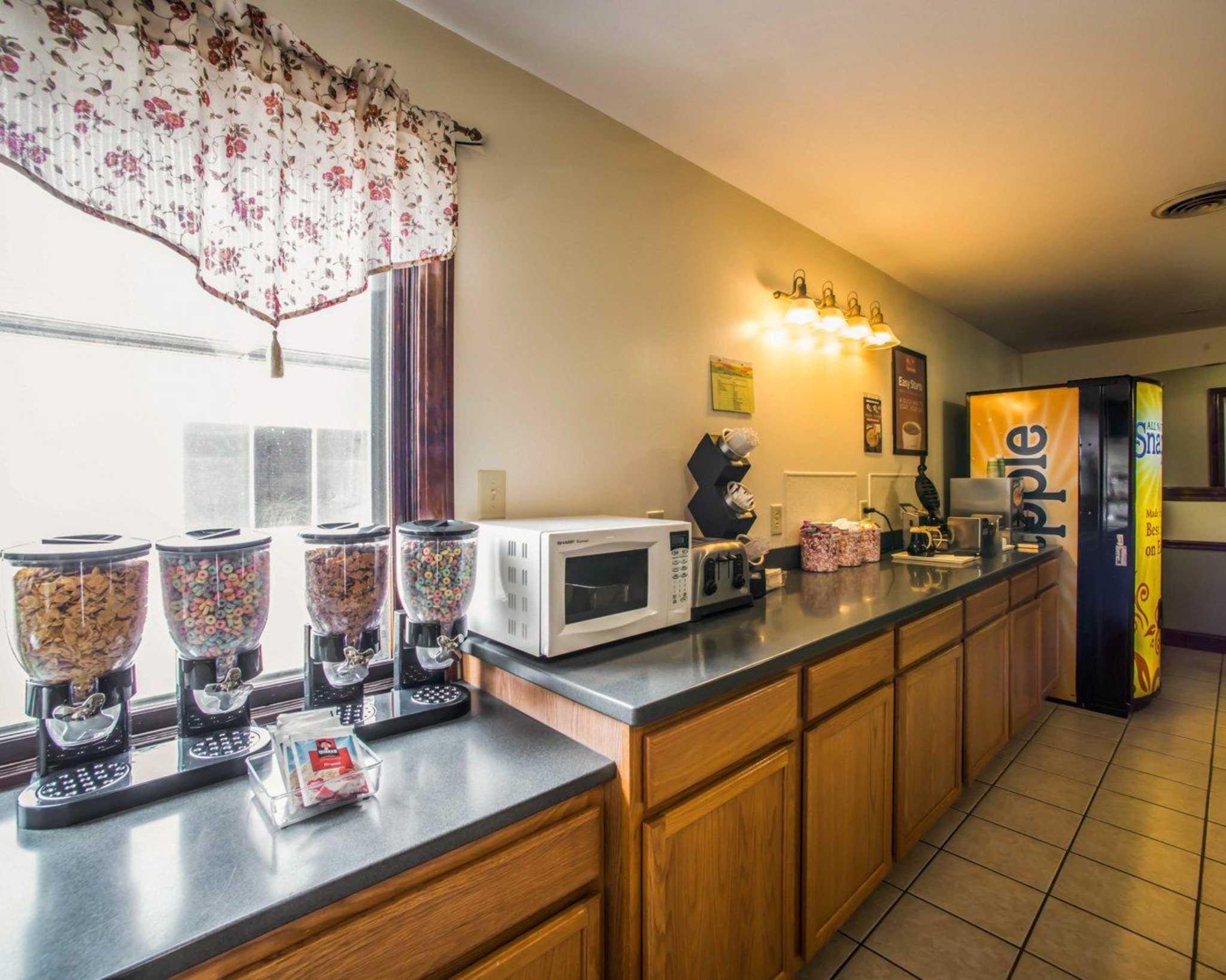 Econo Lodge Inn & Suites image 33