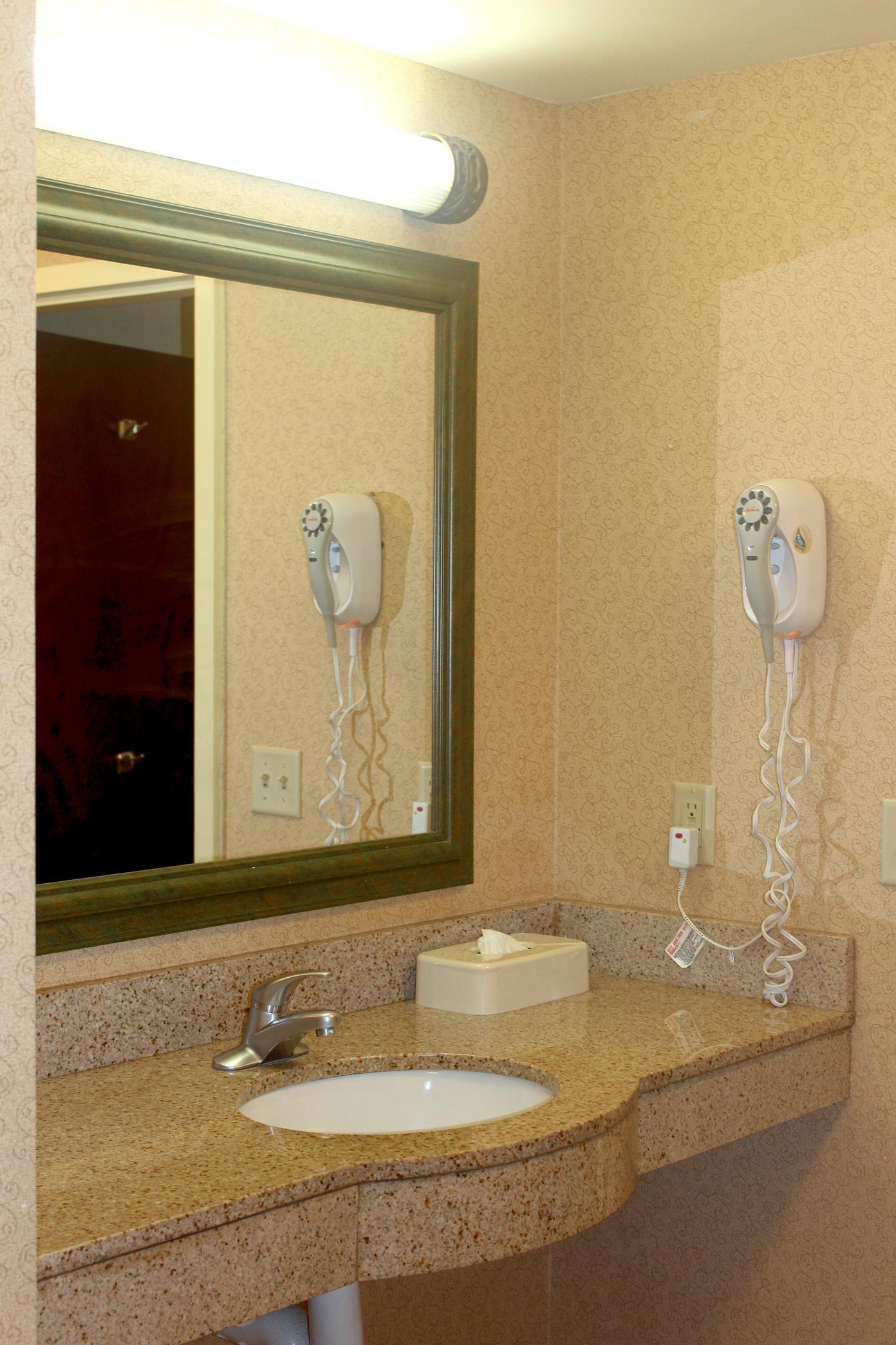 Hampton Inn & Suites Greenfield image 17