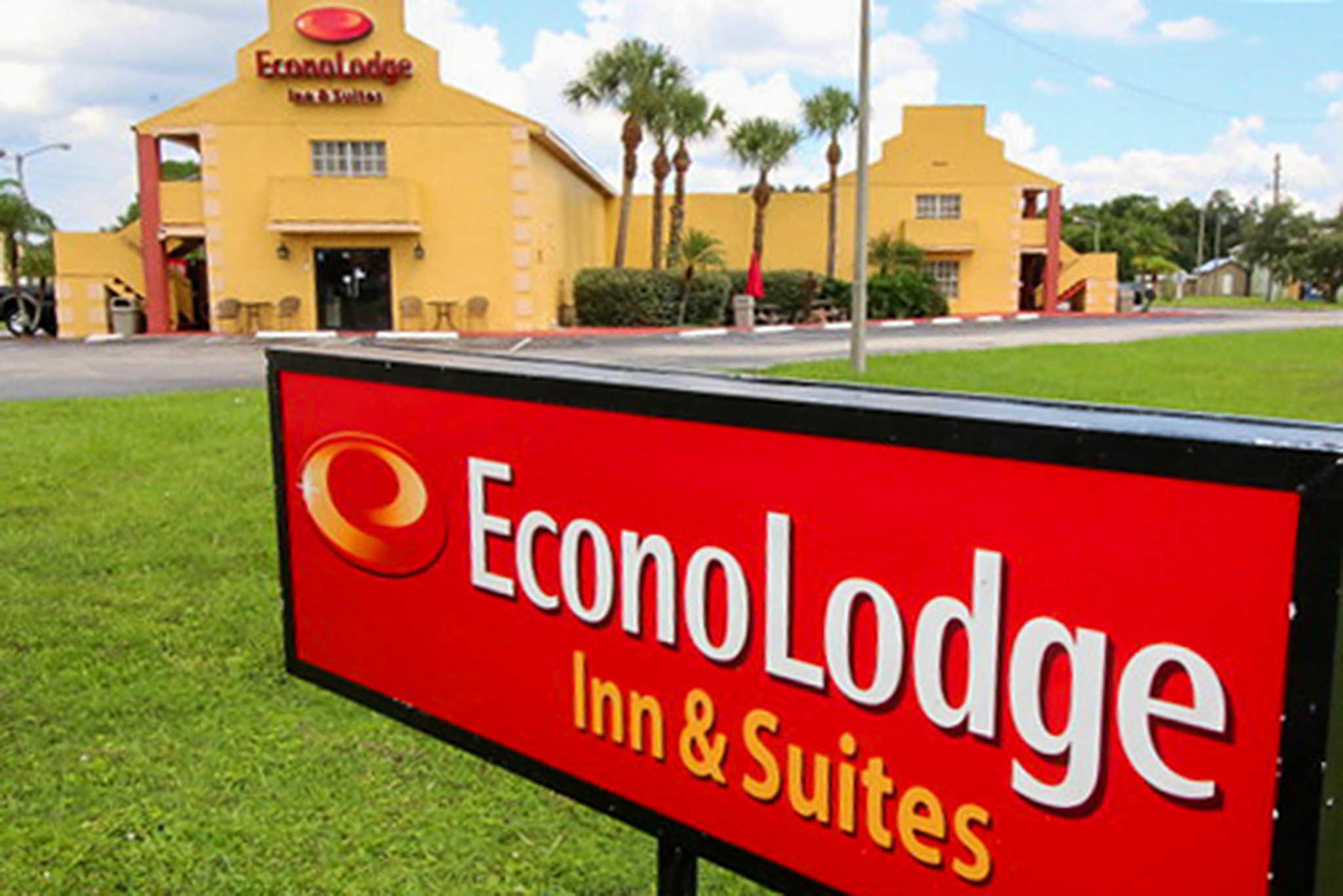 Econo Lodge  Inn & Suites Maingate Central image 2
