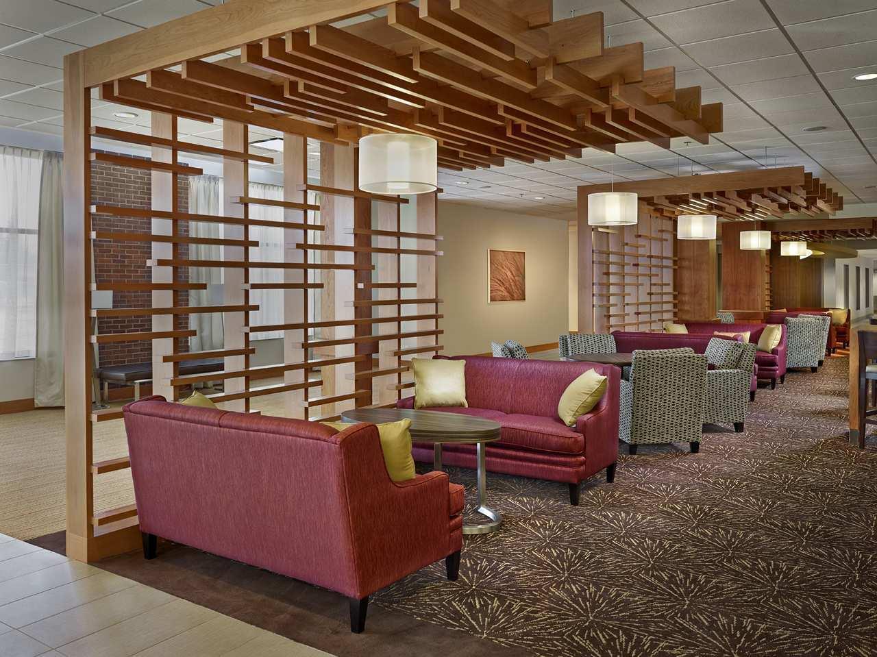 DoubleTree by Hilton Hotel West Edmonton in Edmonton: Lobby Bar Area