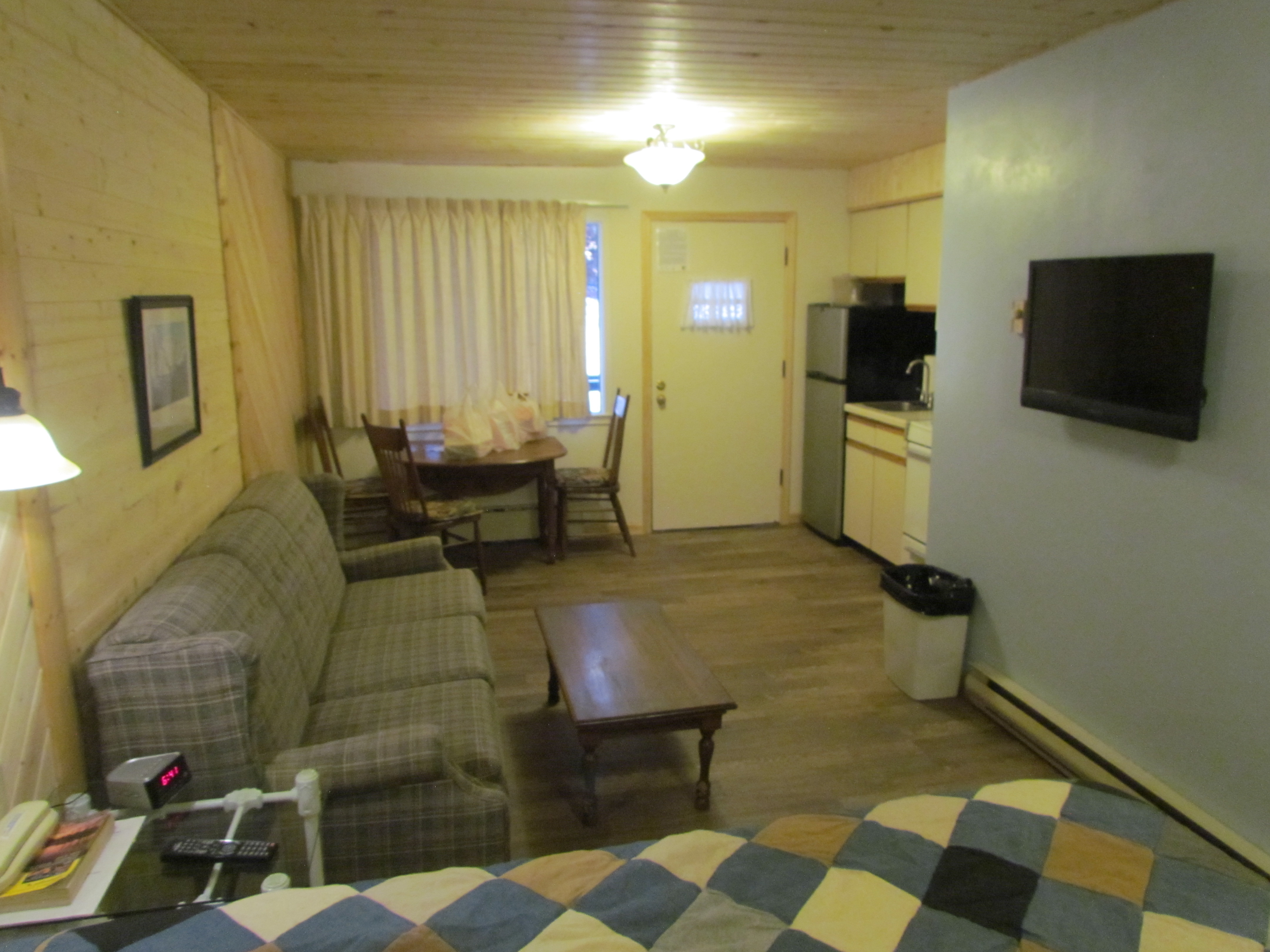 Curriers Lakeview Lodge Motel - ad image