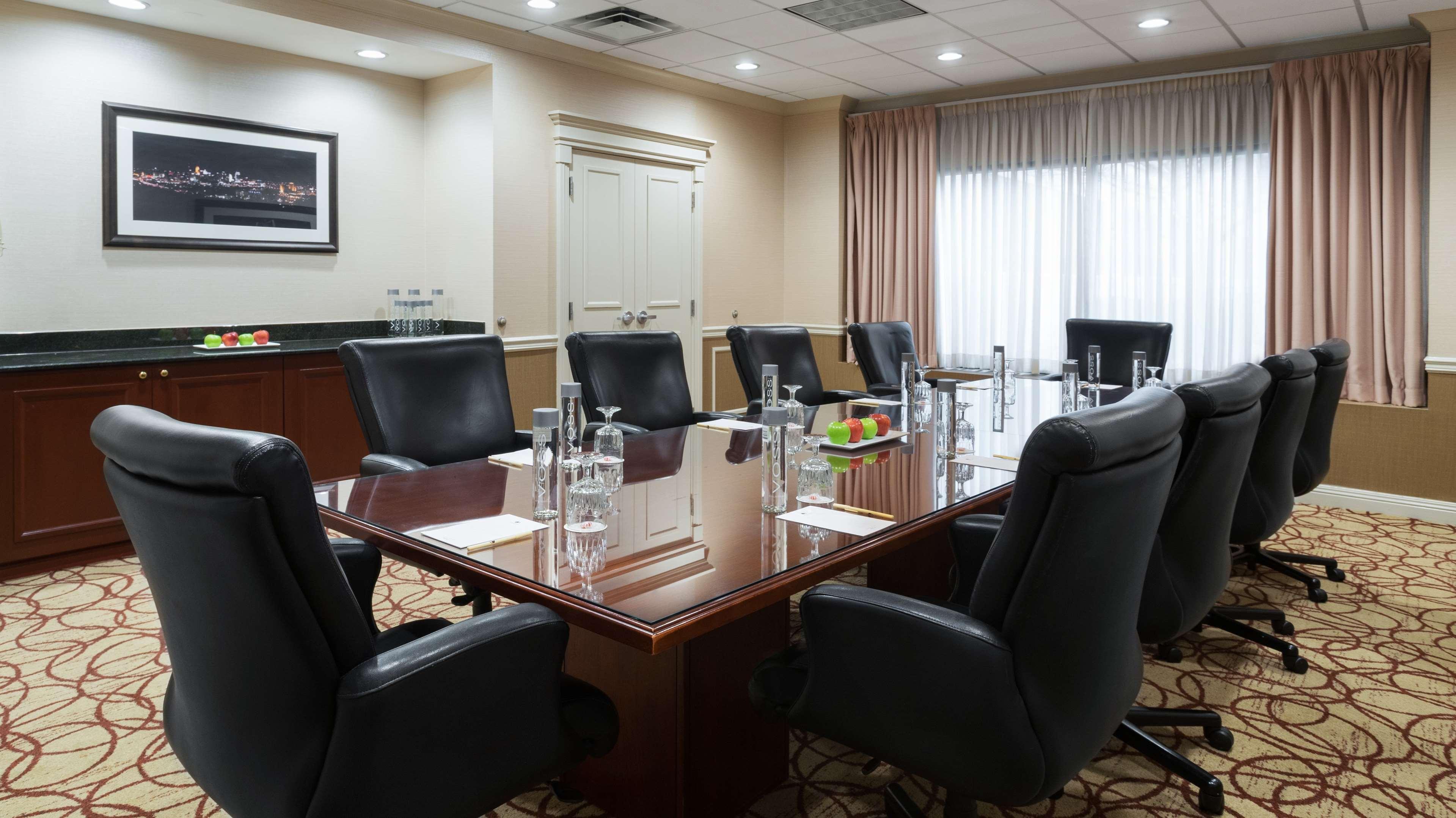 DoubleTree Suites by Hilton Hotel Cincinnati - Blue Ash image 9