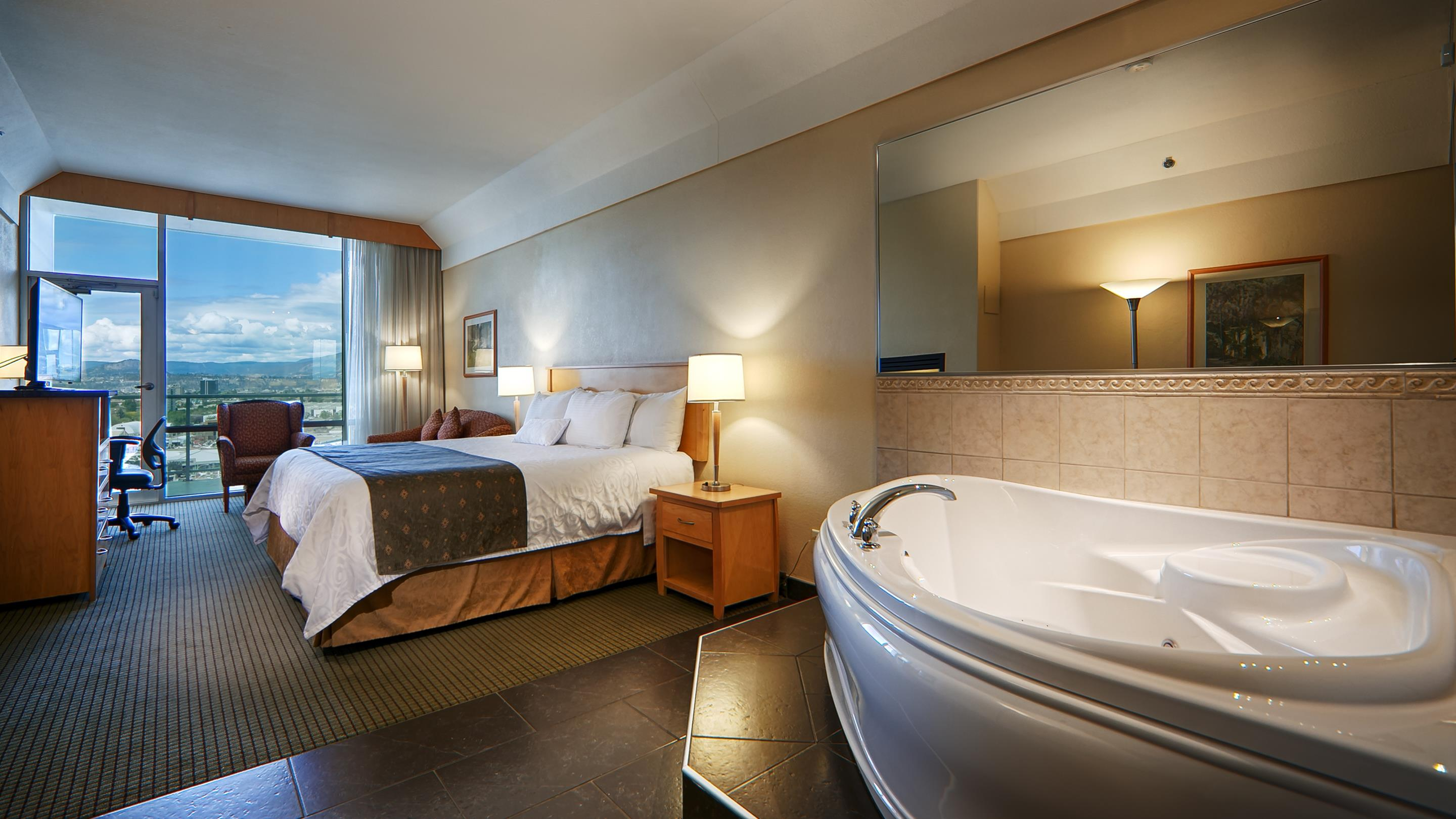 Best Western Plus Kelowna Hotel & Suites in Kelowna: King Spa Guest Room